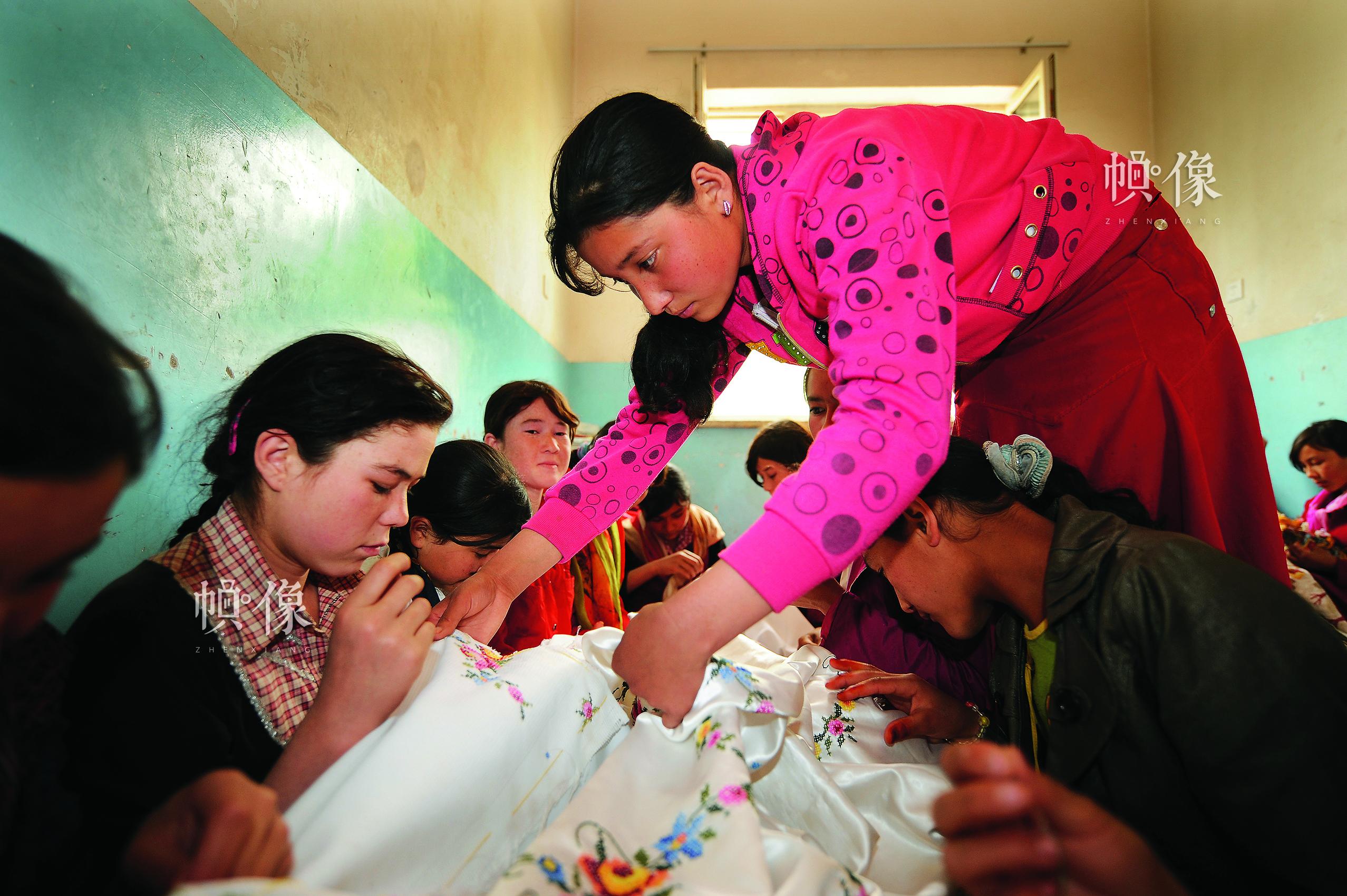 春蕾女童沙日瓦泥,2007年毕业后在新疆墨玉县加汗巴格乡中学教刺绣。中国儿基会供图