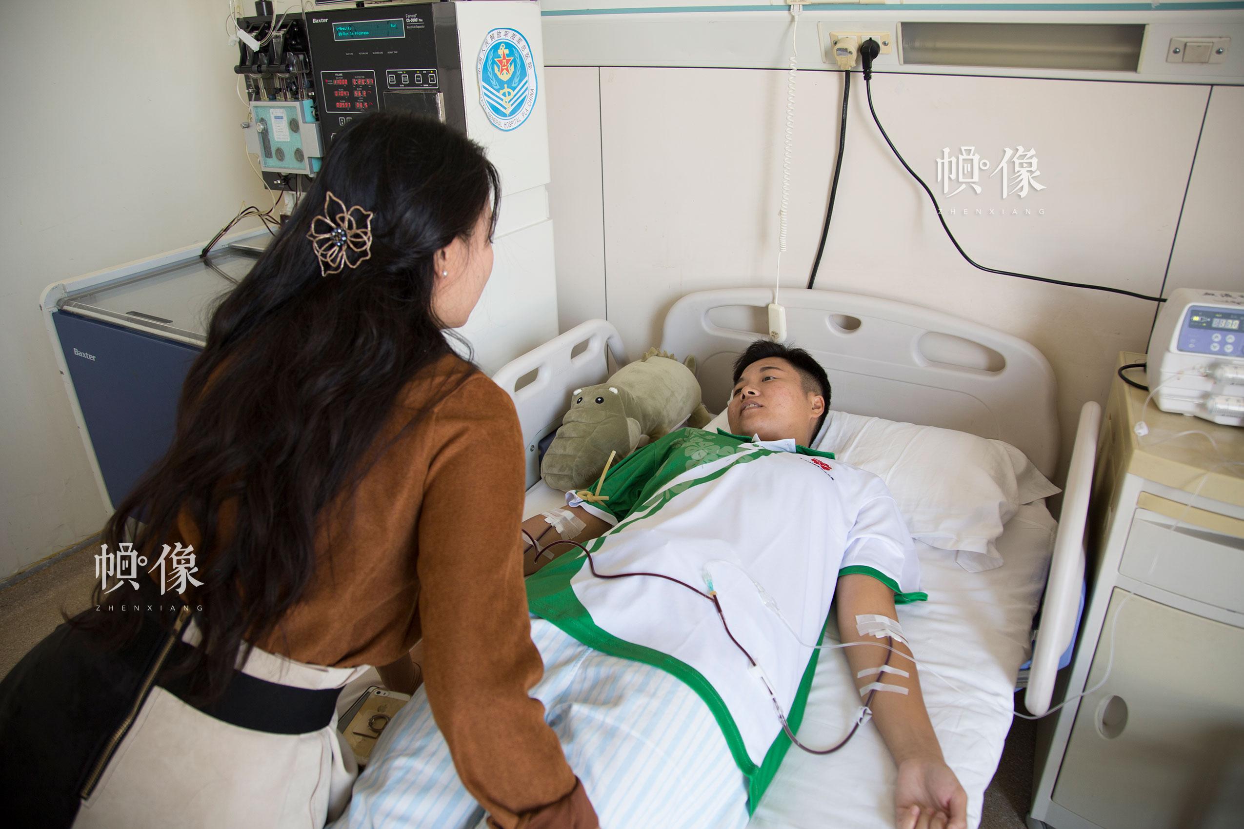 2017年8月30日,北京海军总医院,配型成功的曲女士进行造血干细胞捐献,与前来看望的朋友进行交谈。中国网记者 黄富友 摄