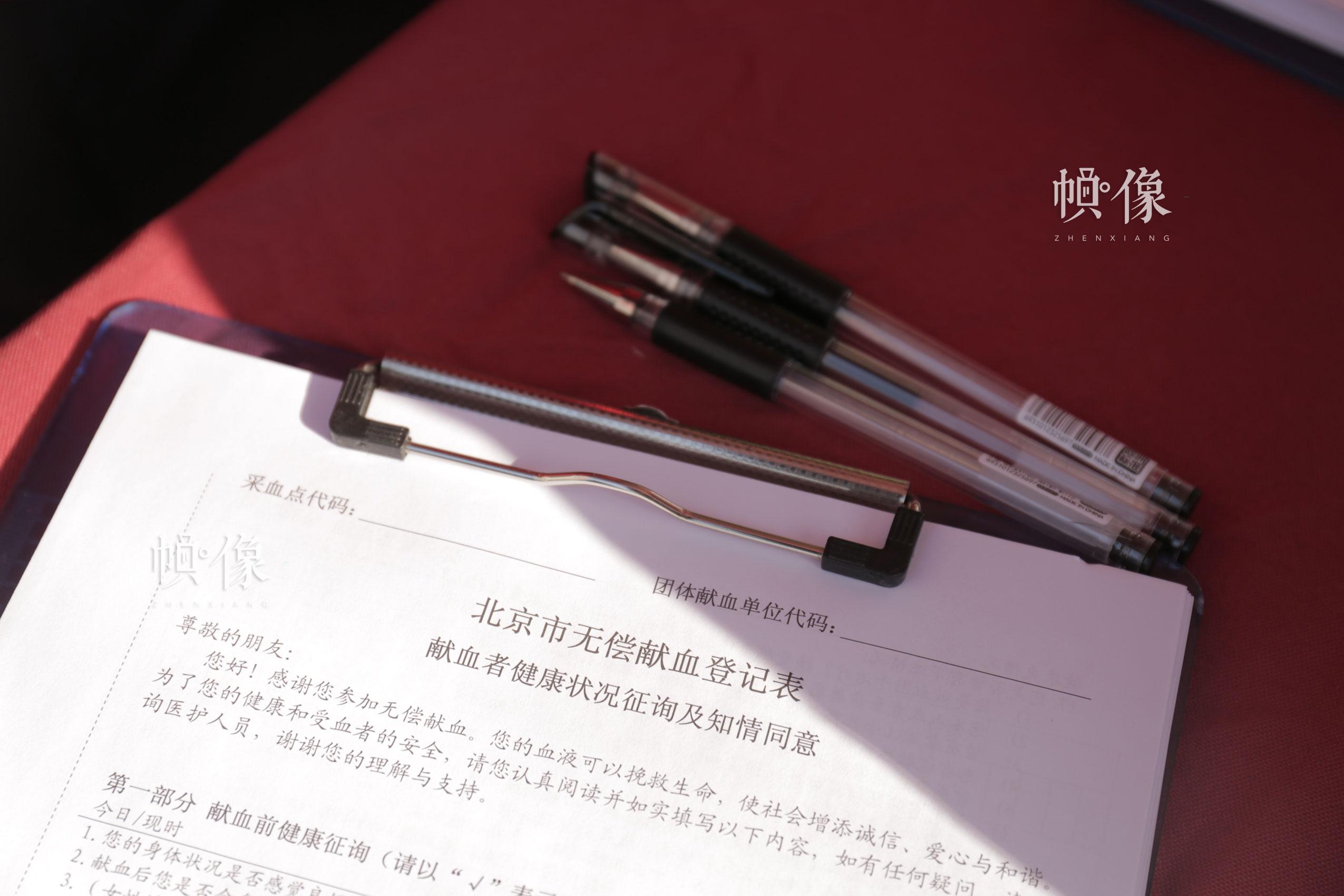 2017年12月18日,北京西单图书大厦外的无偿献血咨询帐篷内,志愿者队前来献血人员进行登记。中国网实习记者 钟佳铉 摄