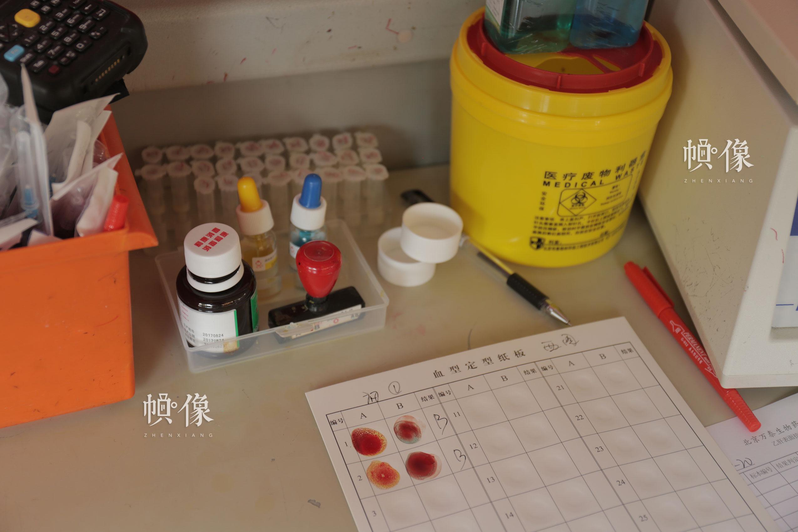 2017年12月18日,北京西单图书大厦外的无偿献血车,护士对前来献血的市民进行血型检测。中国网实习记者 朱珊杉 摄
