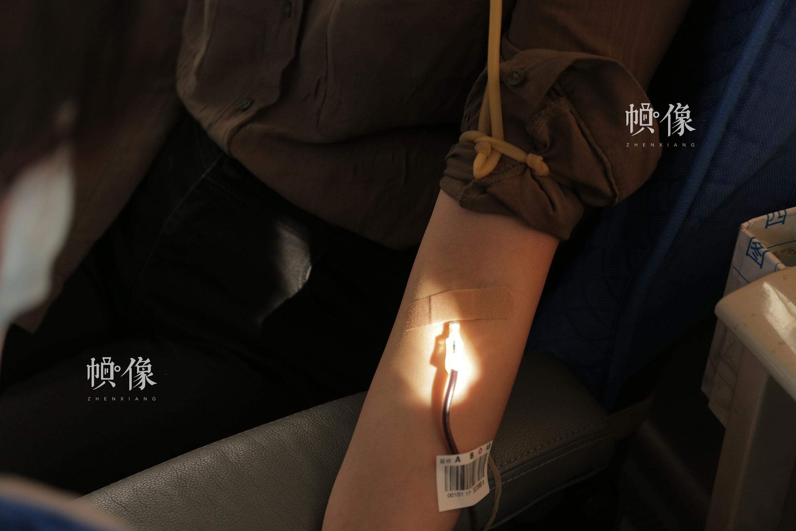 2017年12月18日,北京西单图书大厦外的无偿献血车,市民前来献血并留造血干细胞样本。中国网实习记者 朱珊杉 摄