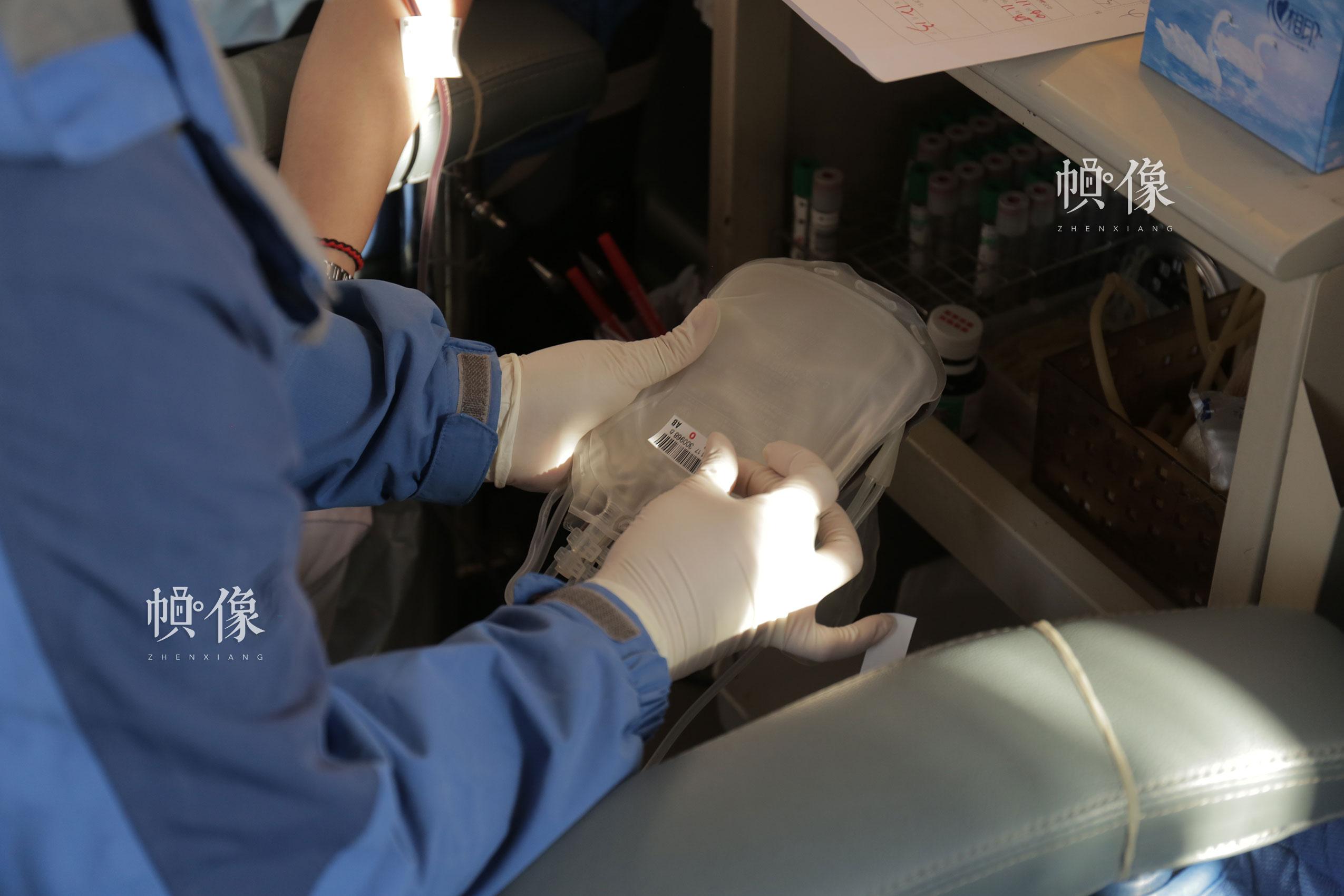 2017年12月18日,北京西单图书大厦外的无偿献血车,护士对采血贴标签。中国网实习记者 朱珊杉 摄