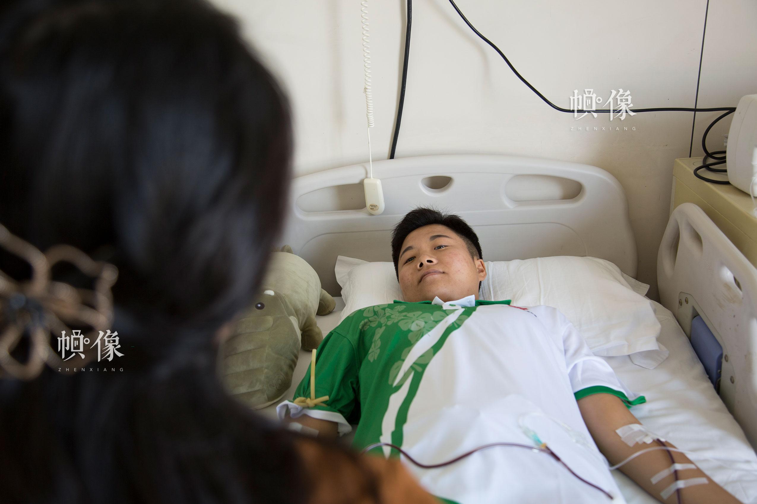 2017年8月30日,北京海军总医院,配型成功的曲女士进行造血干细胞捐献。中国网记者 黄富友 摄