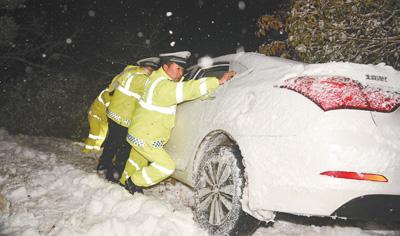 我国多地遭遇雨雪冰冻天气 救灾应急有条不紊