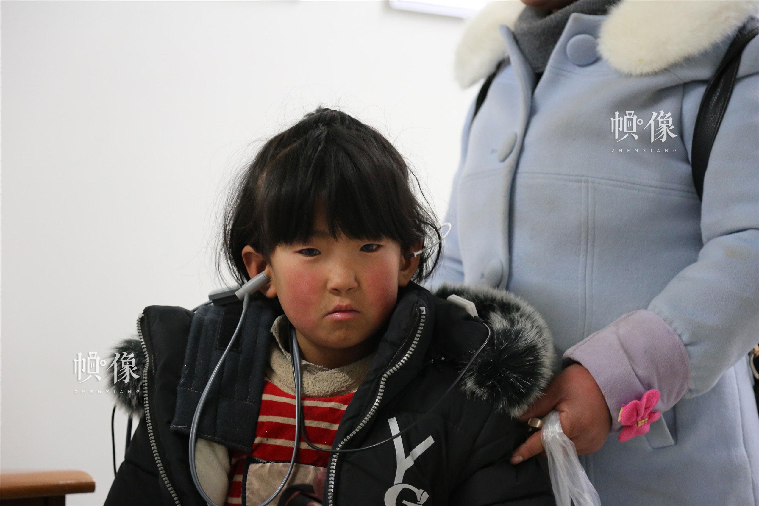 2018年1月21日,甘肃省陇南市西和县,正在进行检查的疑似听力障碍儿童。中国网实习记者 李逸奇 摄