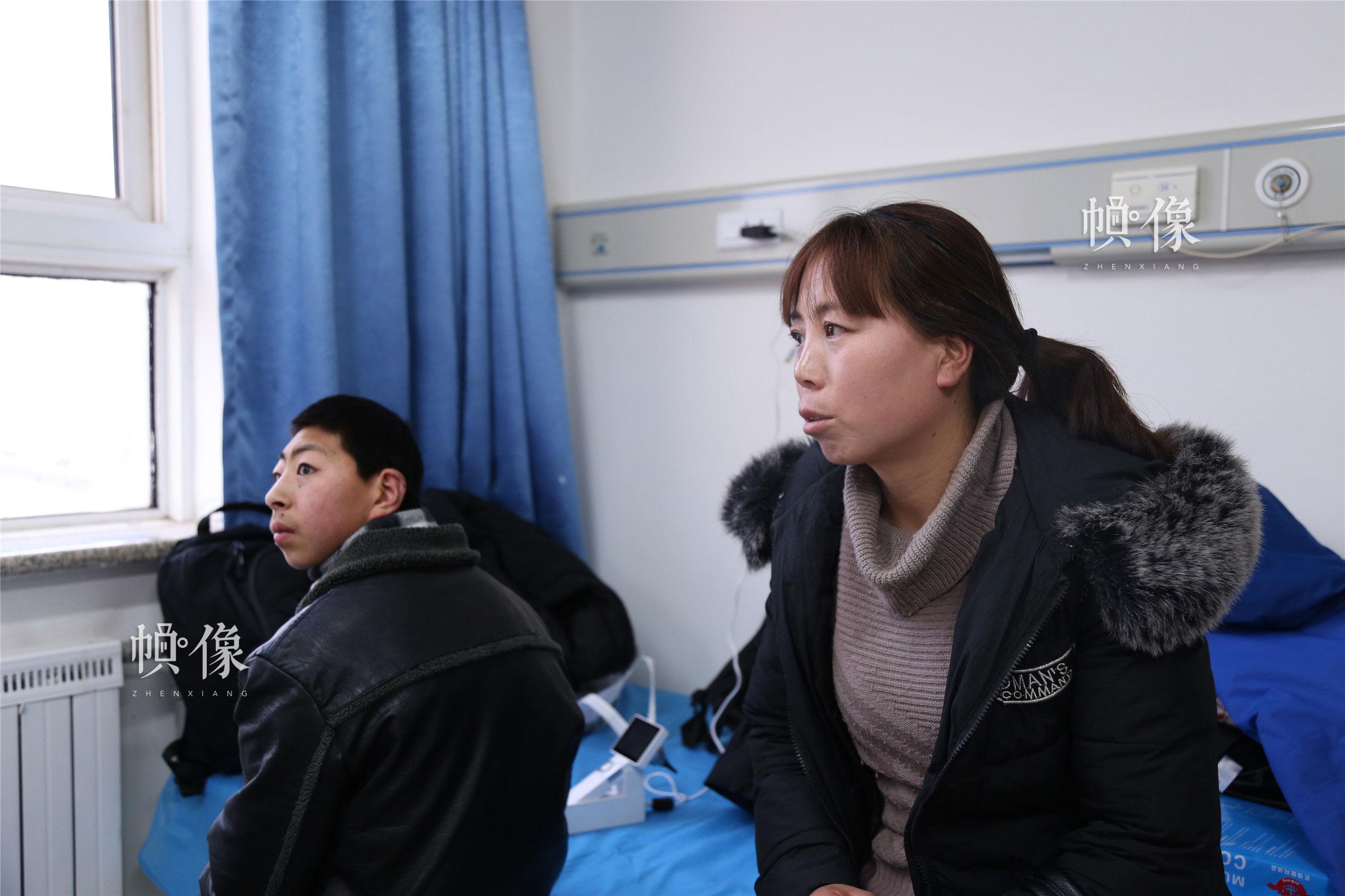 2018年1月21日,甘肃省陇南市西和县,焦急等待筛查结果的母子俩。中国网实习记者 李逸奇 摄