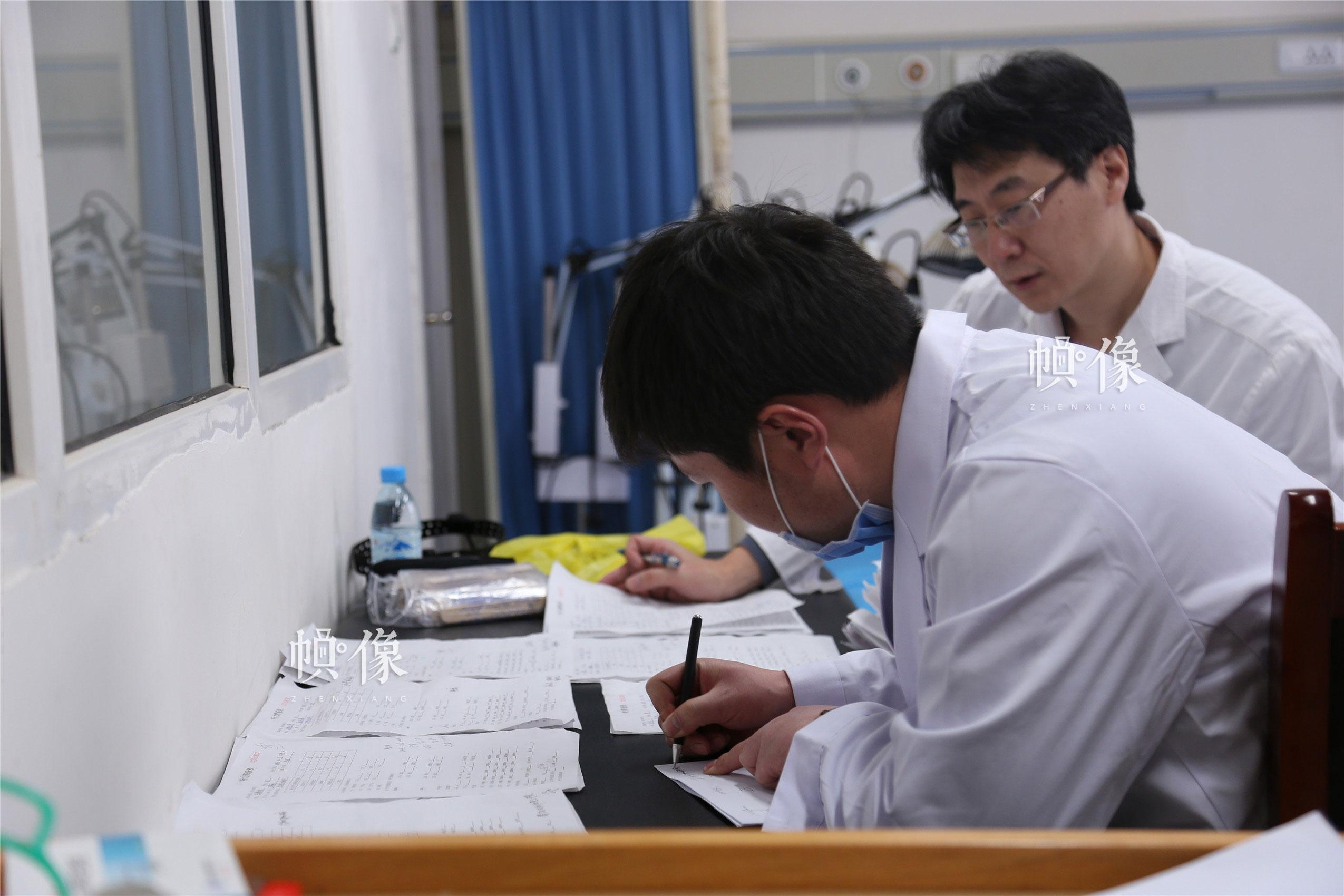 2018年1月21日,甘肃省陇南市西和县,医疗团队为一天的筛查结果做统计。中国网实习记者 朱珊杉 摄