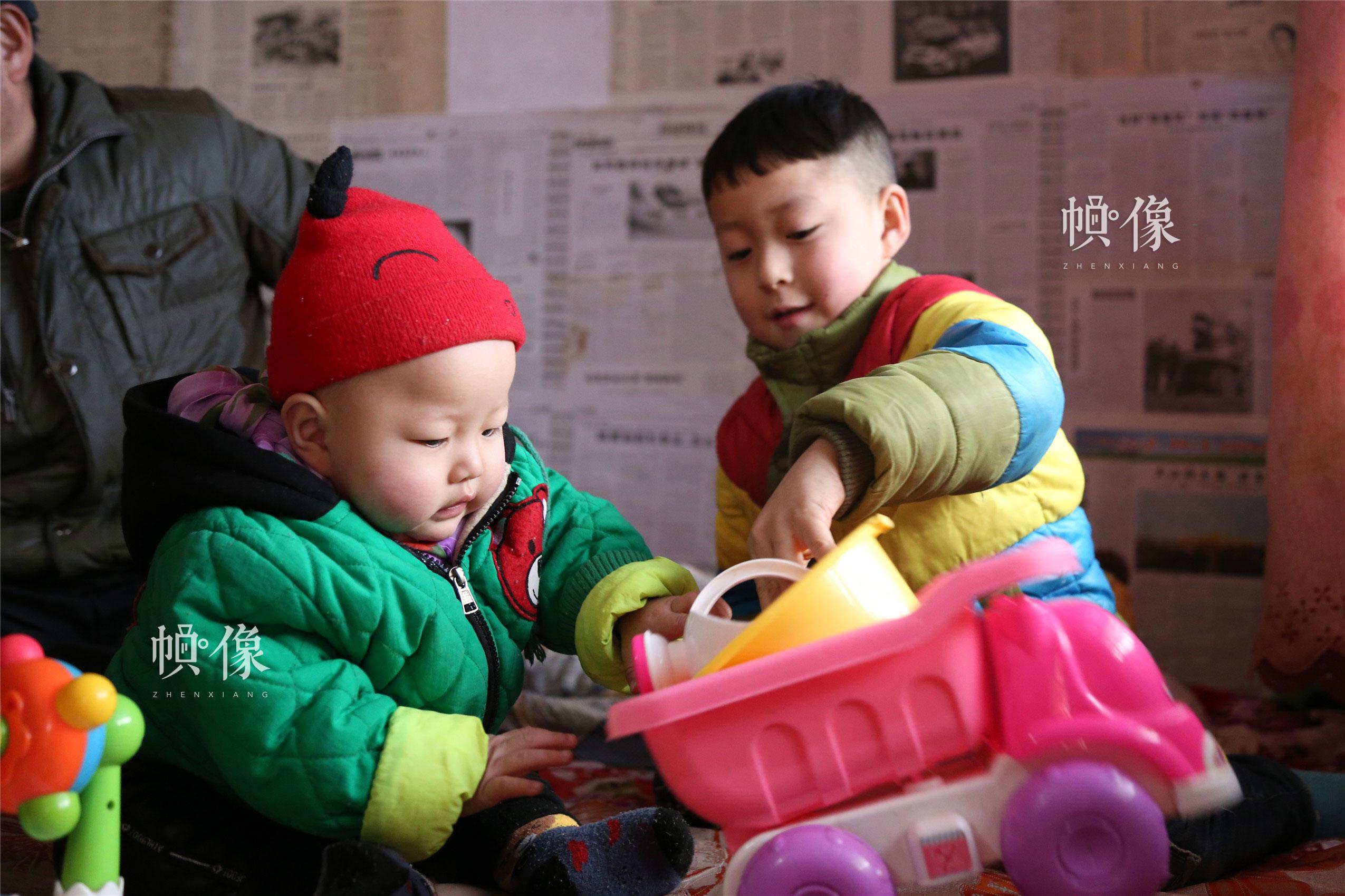 2018年1月22日,甘肃省陇南市西和县,听障儿童潘小明与哥哥在家玩耍。中国网实习记者 朱珊杉 摄