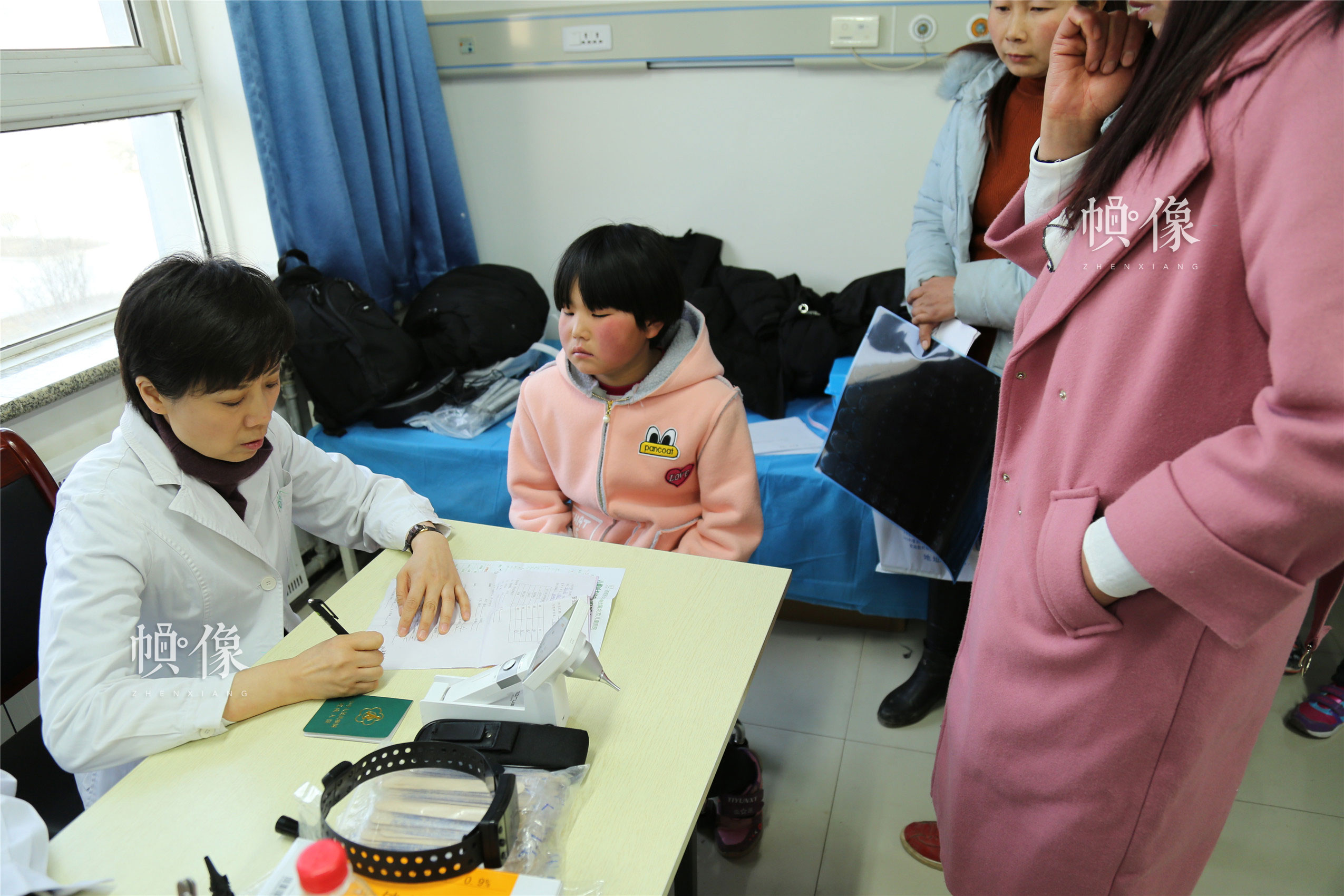 2018年1月21日,甘肃省陇南市西和县,首都医科大学附属北京儿童医院耳鼻咽喉头颈外科科主任、主任医师张杰为听力障碍儿童进行筛查。中国网实习记者 朱珊杉 摄