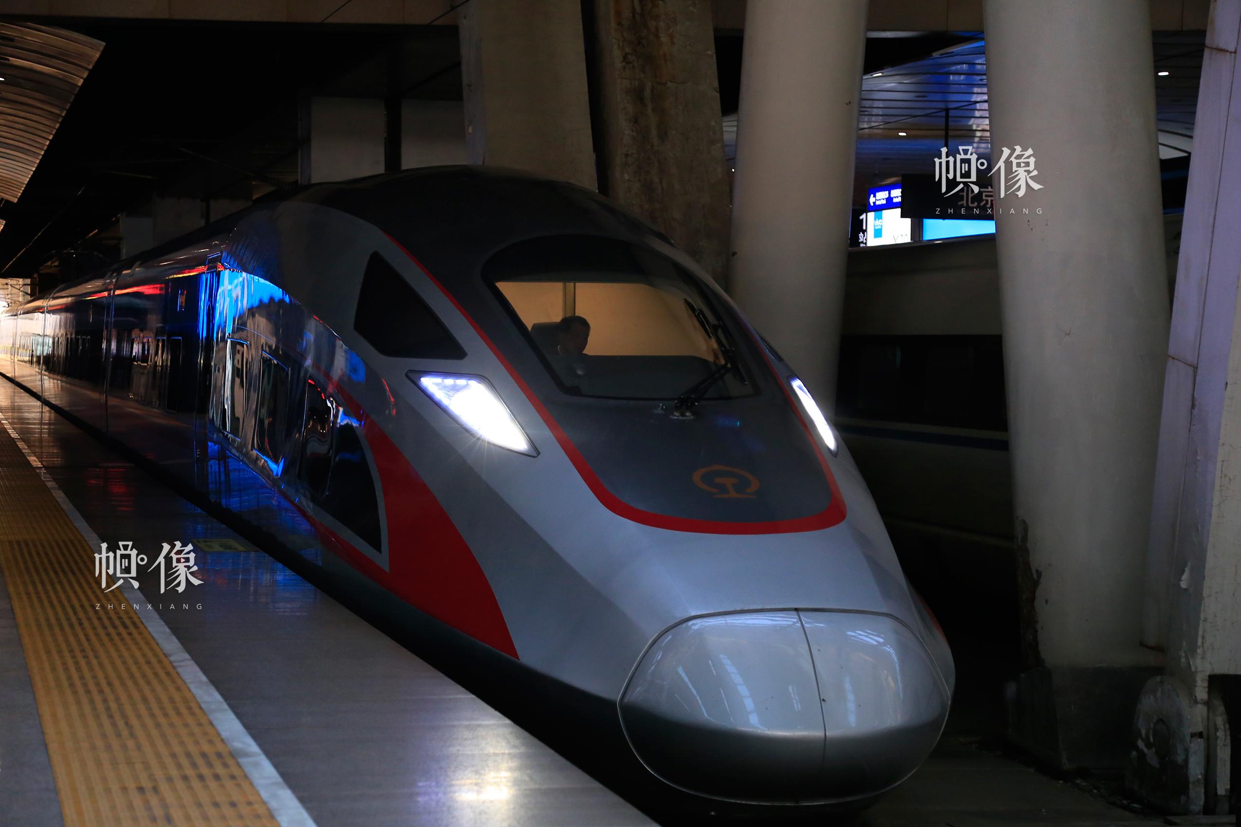 北京南站,一辆复兴号等待发车。中国网实习记者 韩依 摄