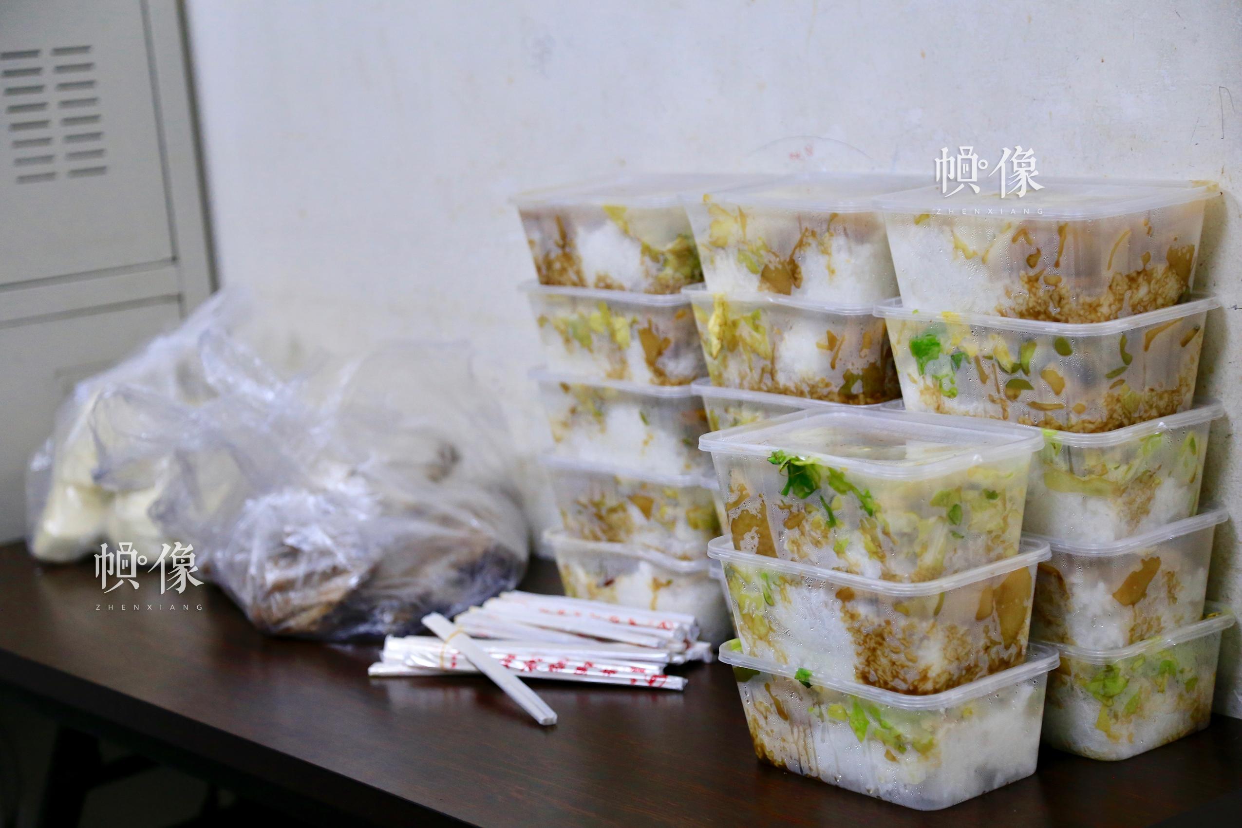 北京南站某售票车间,由于24小时不停歇工作,午饭时间有工作人员专门取盒饭,售票员换班吃盒饭。中国网实习记者 宋桉柢 摄