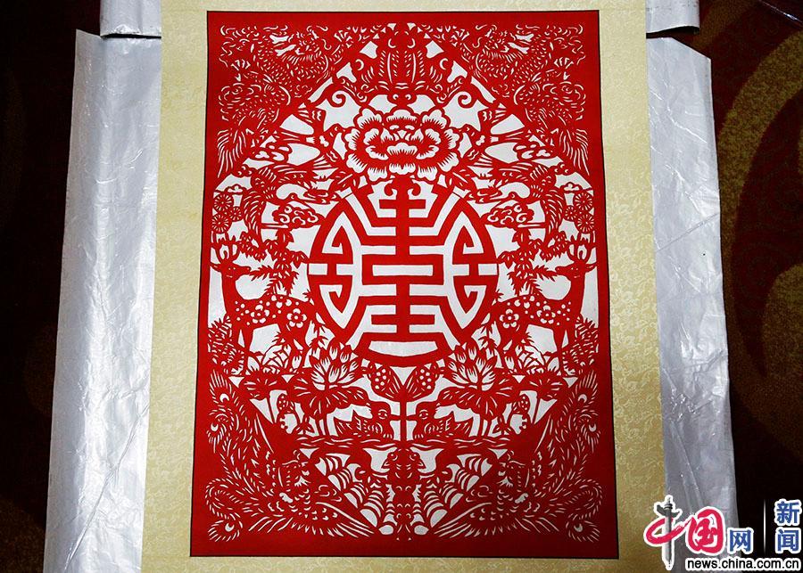 """姚雨林的剪纸作品,其中包含了""""福""""""""禄""""""""喜""""""""鸳鸯""""等多种在中国传统"""