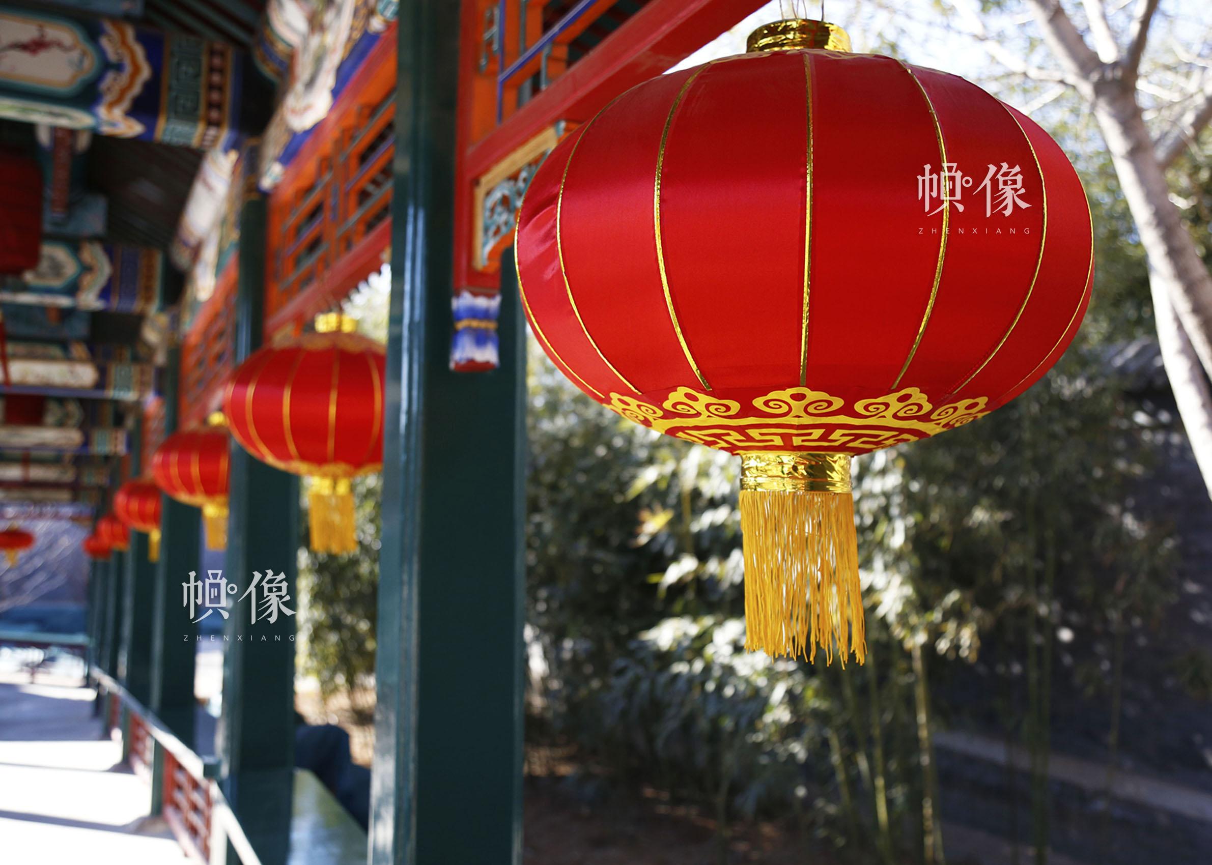 春节将至,北京市昌平区非遗传承人产业基地,姚雨林的剪纸工作室的小院挂起了红灯笼。中国网实习记者 张钰 摄