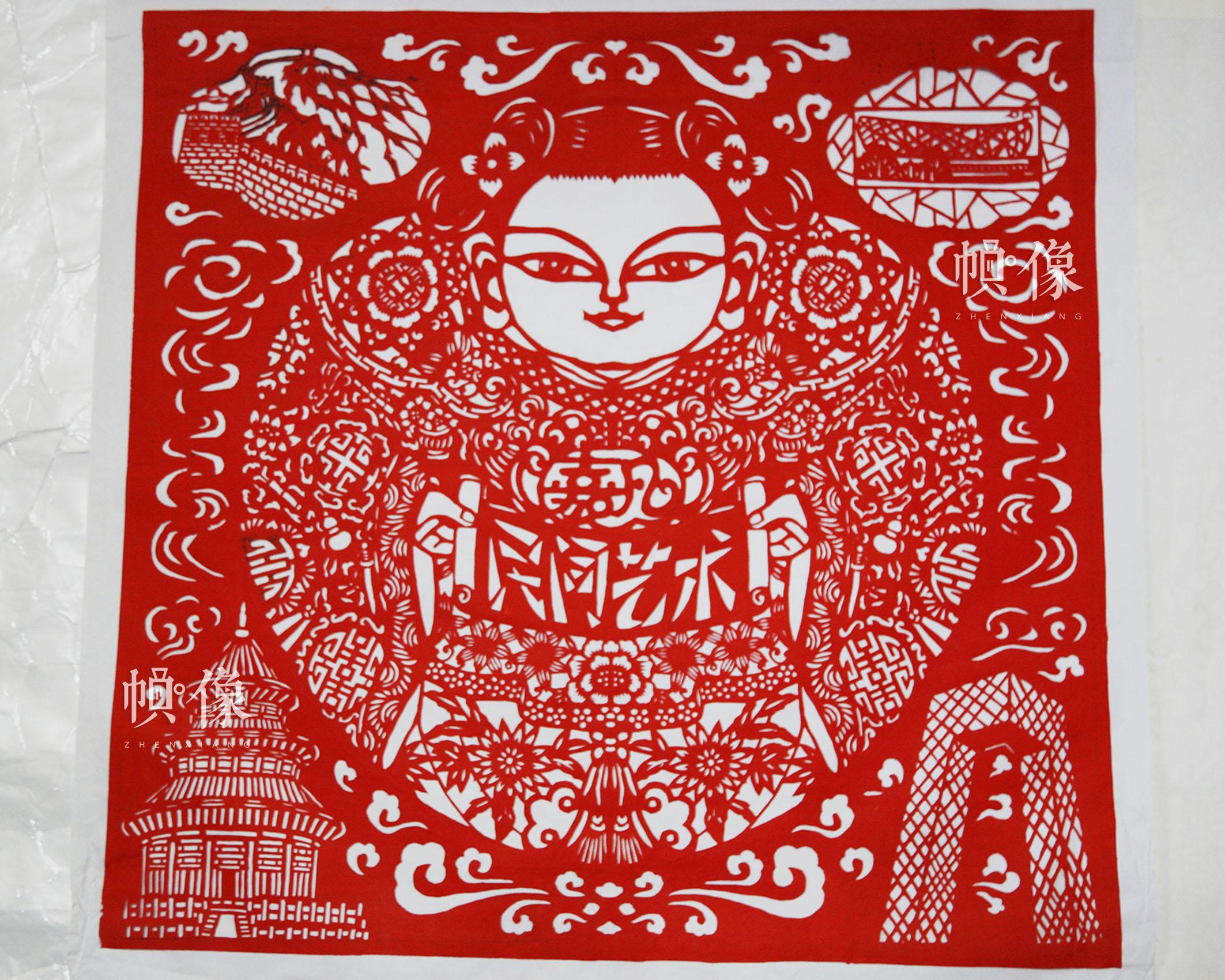 吉祥物福娃和传统剪纸花纹等元素,表现出春节团圆时的安乐幸福,作品在