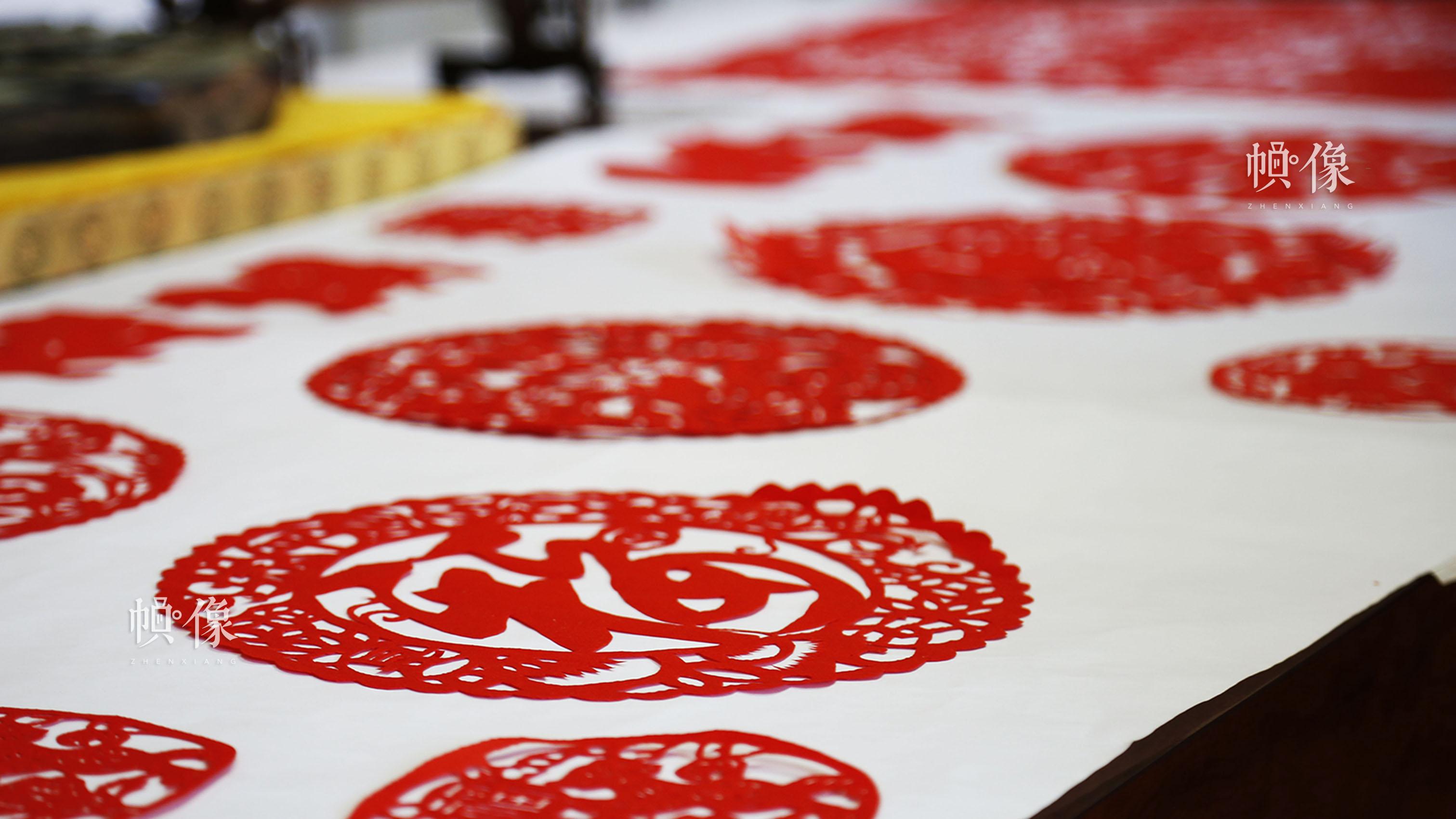非遗传承人产业基地展厅中,摆放着姚雨林各式各样的剪纸作品。中国网实习记者 张钰 摄