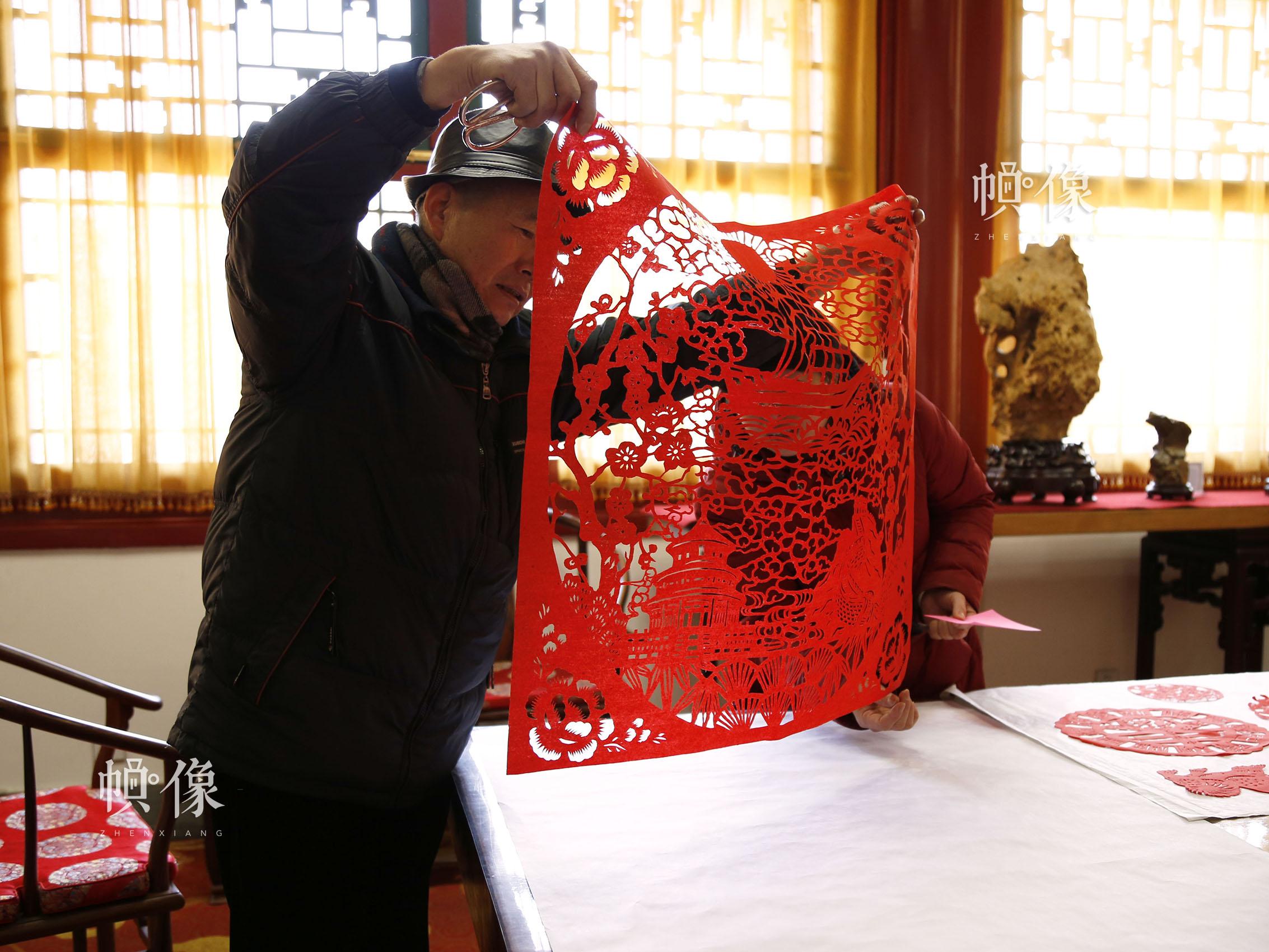 姚雨林正在给他的学生讲解他最新作品的制作细节。中国网实习记者 张钰 摄