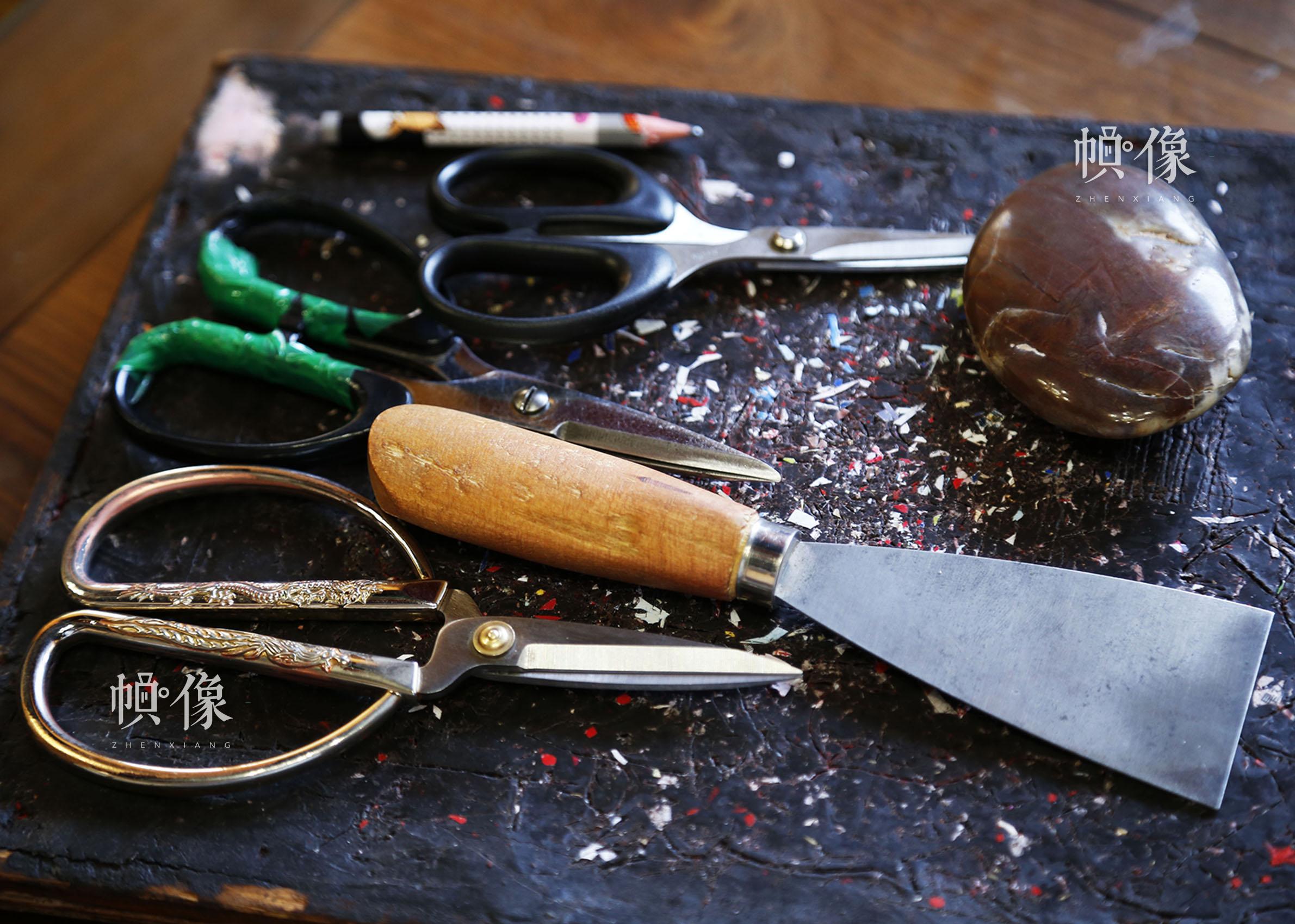 姚雨林的剪纸工具。中国网实习记者 张钰 摄
