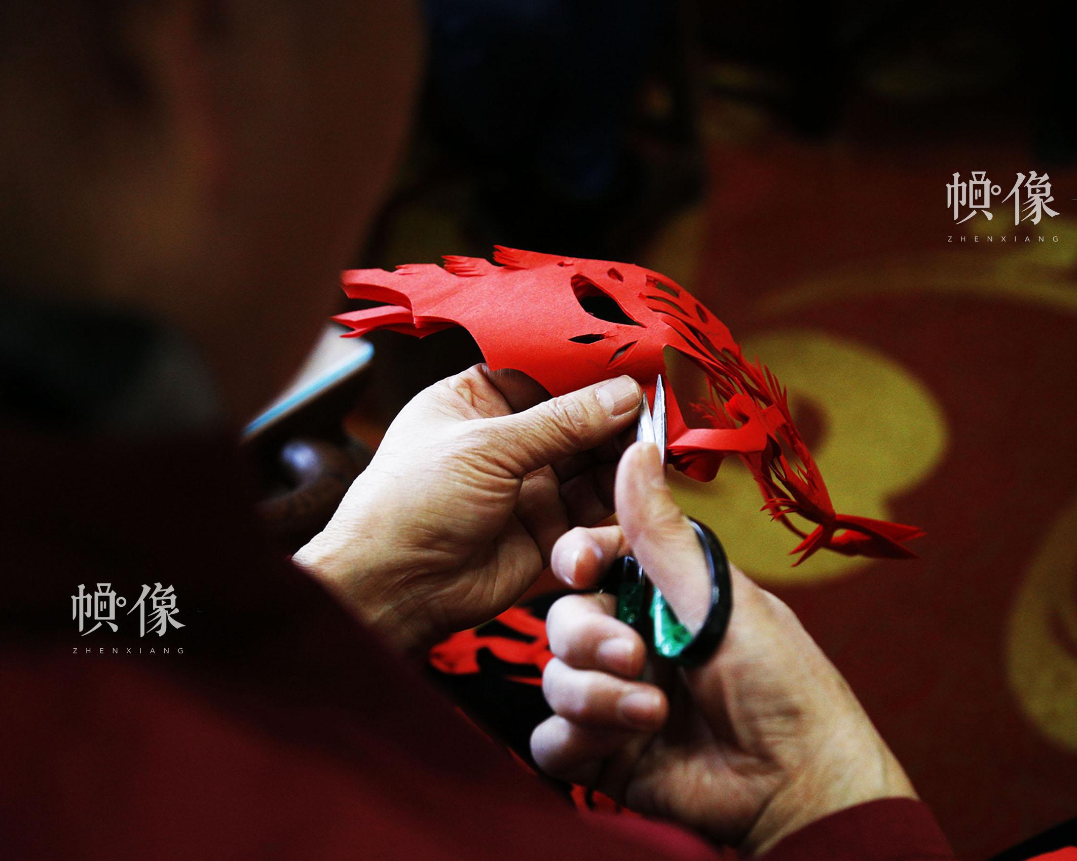 姚雨林在制作窗花作品的过程中,不断变换手中的工具,不同工具在窗花制作过程中起到不同作用。中国网实习记者 张钰