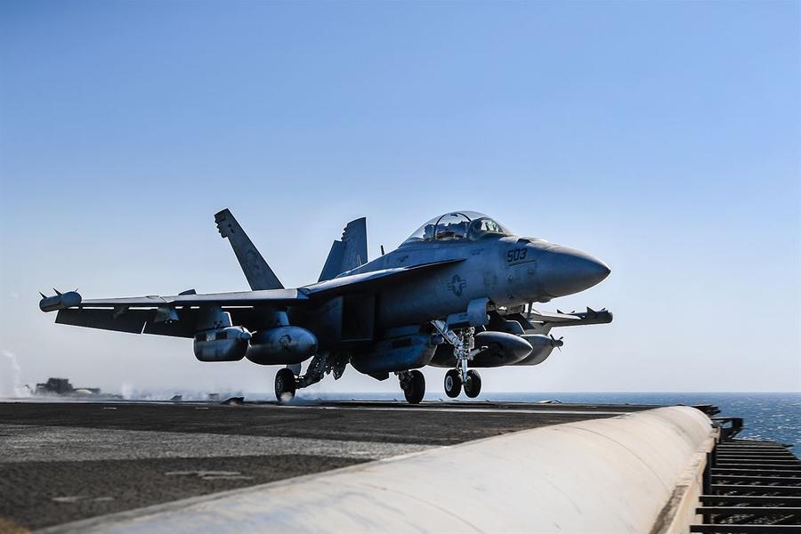 美国核动力航母在波斯湾紧张备战