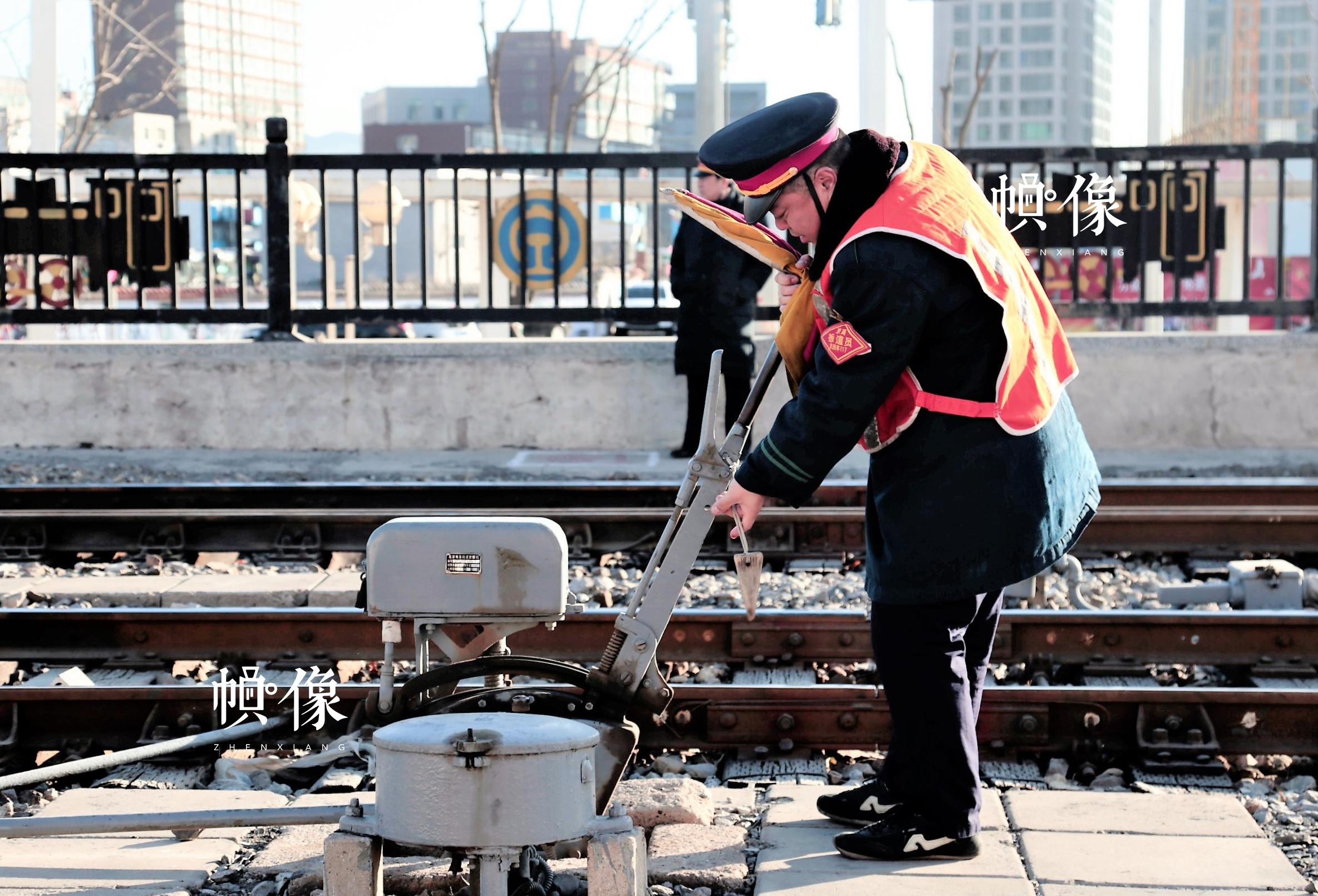 铁路扳道员张军正在使用铁路扳道器械,搬动道岔手柄准备列车进路。中国网记者 仝选 摄