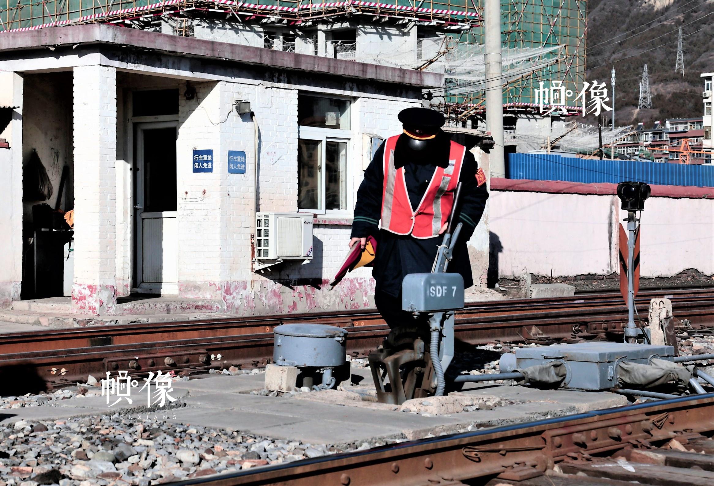 铁路扳道员张军检查铁轨情况。中国网记者 仝选 摄