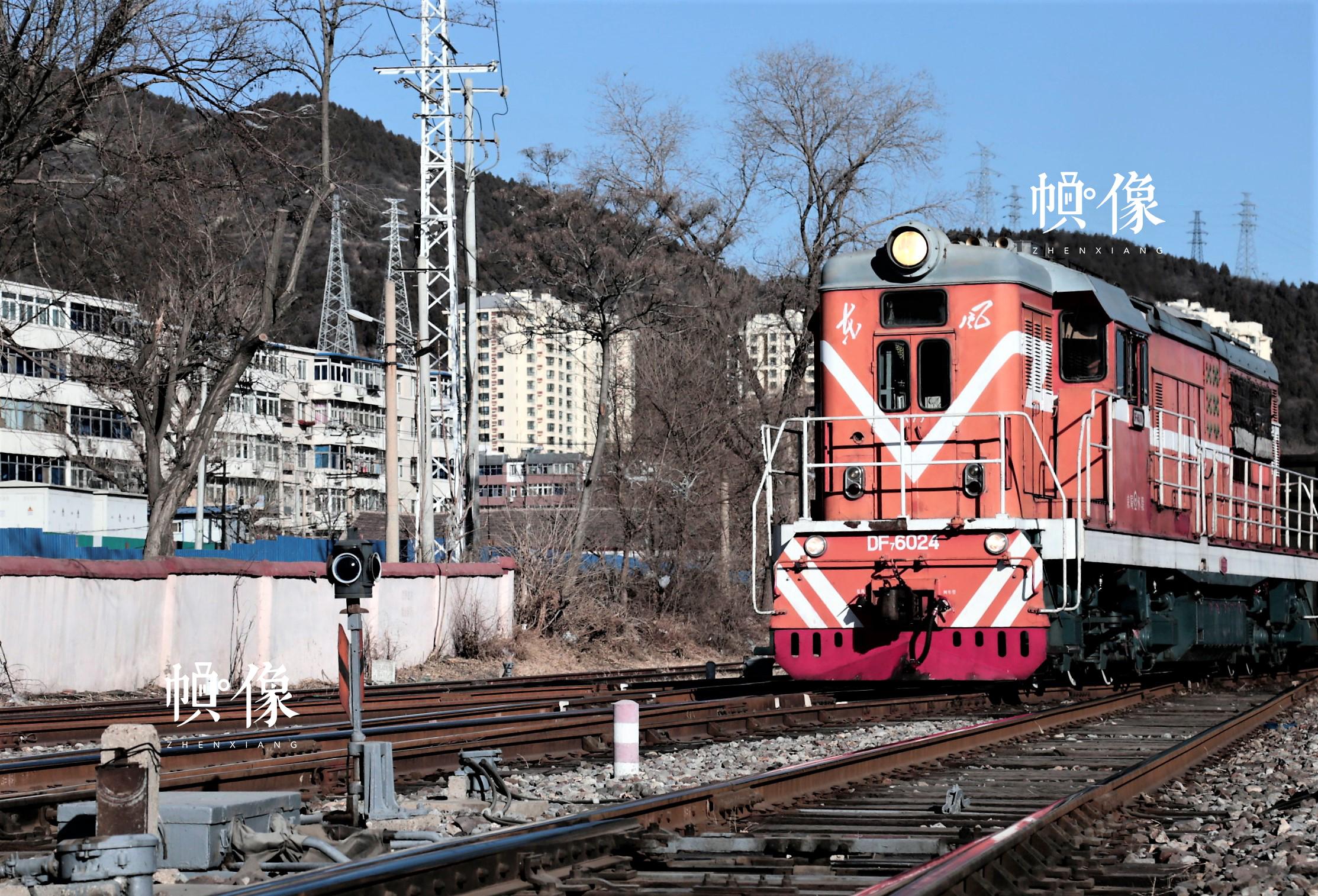 列车即将进入门头沟车站,扳道员已经完成扳道工作,列车正在进站。中国网记者 仝选 摄