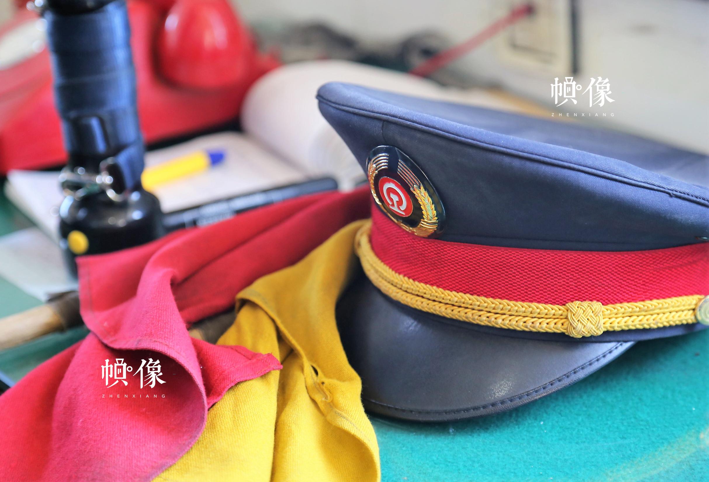 图为铁路扳道员的帽子与旗帜,这也成为了他们的标记。中国网记者 仝选 摄