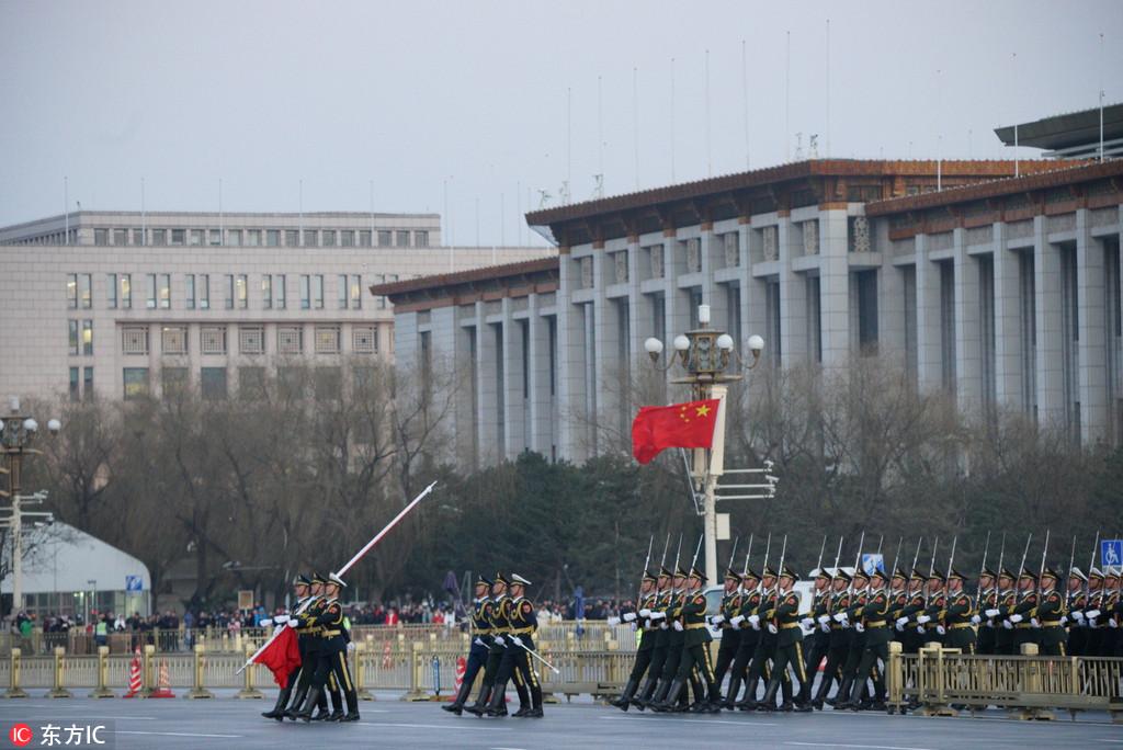2018年3月1日,北京,两会召开在即,天安门降旗仪式吸引了不少游客观看