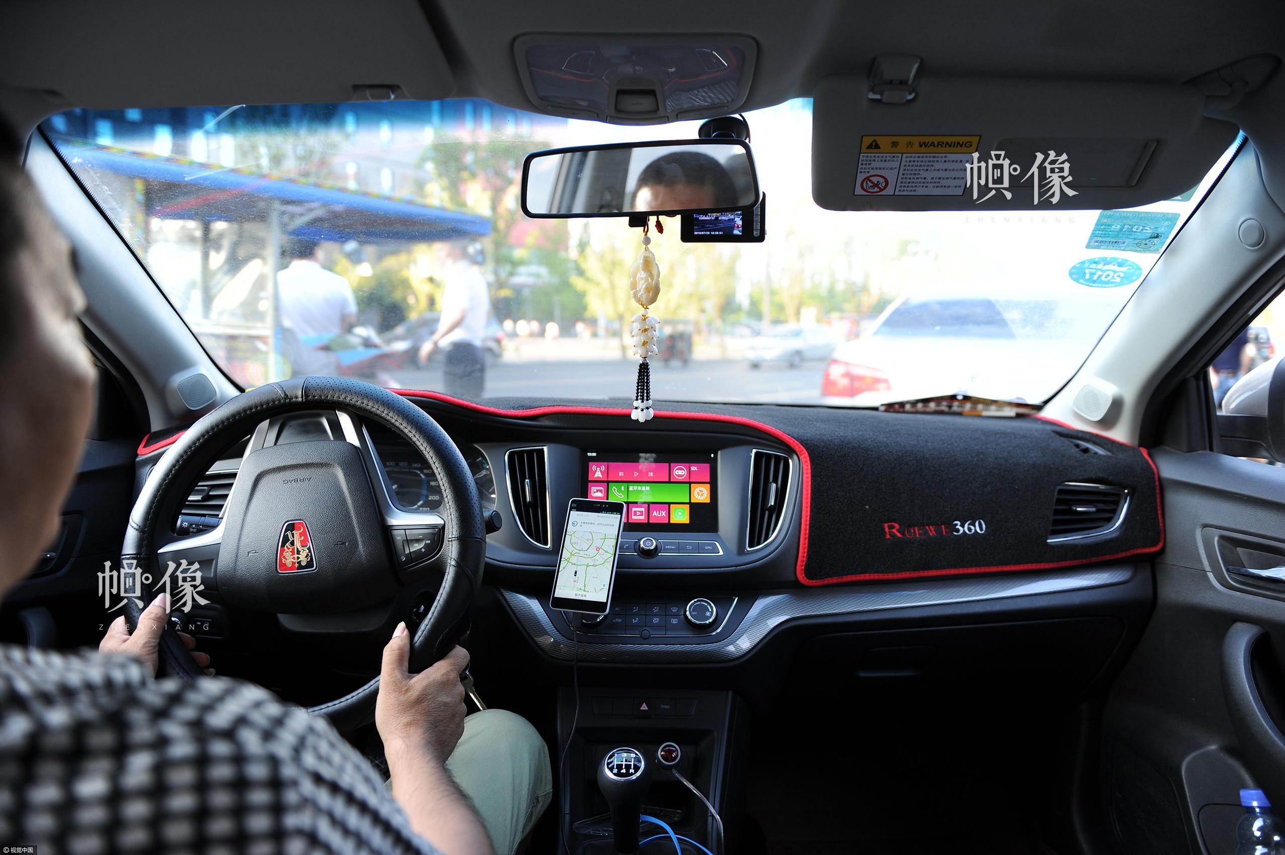 2016年7月28日,成都市,一辆网约车载着乘客在行驶。王正伟/视觉中国