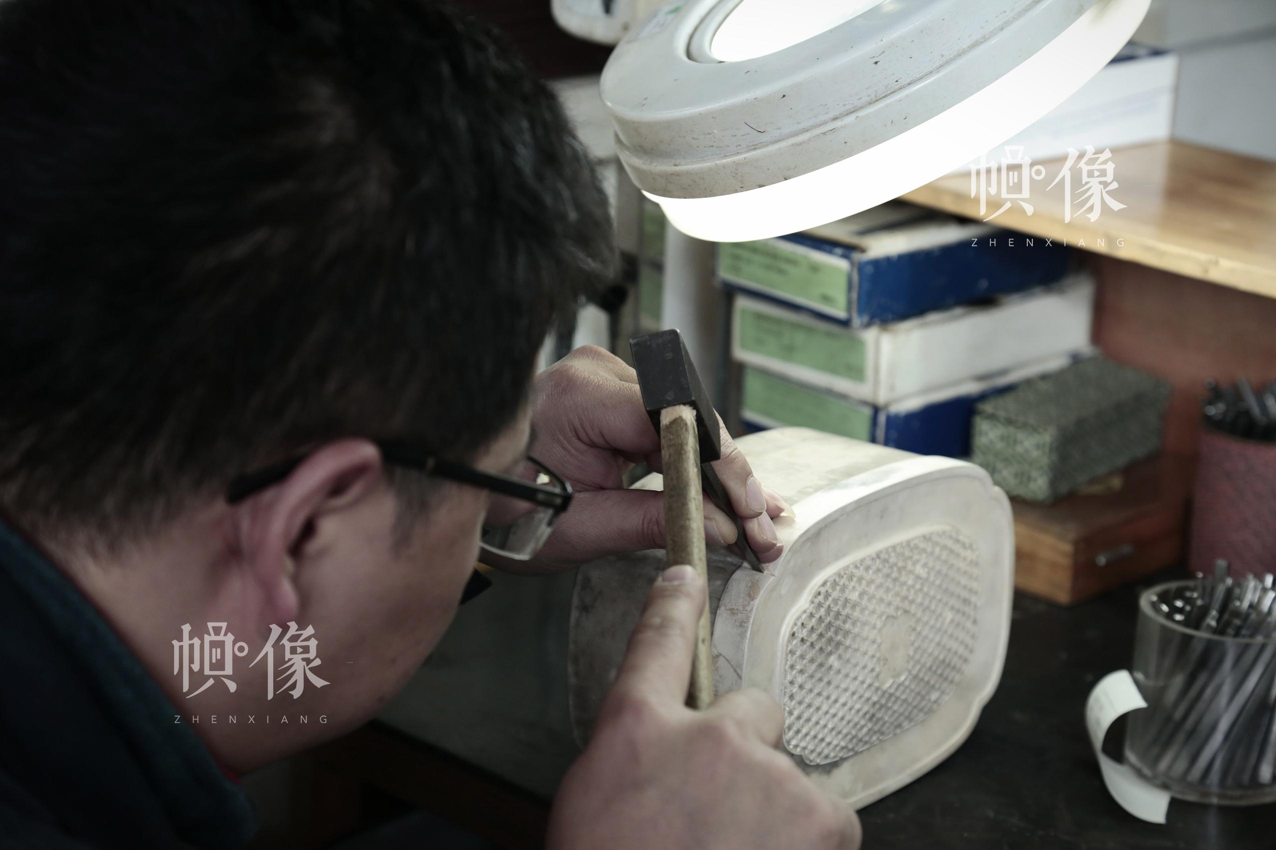 2018年3月3日,北京工美集团的一名工匠向记者演示国礼《梦和天下》首饰盒套装的制作程序,盒型取自中式花窗,饰以月季纹饰和珐琅彩海水纹。中国网实习记者 张颖颖 摄
