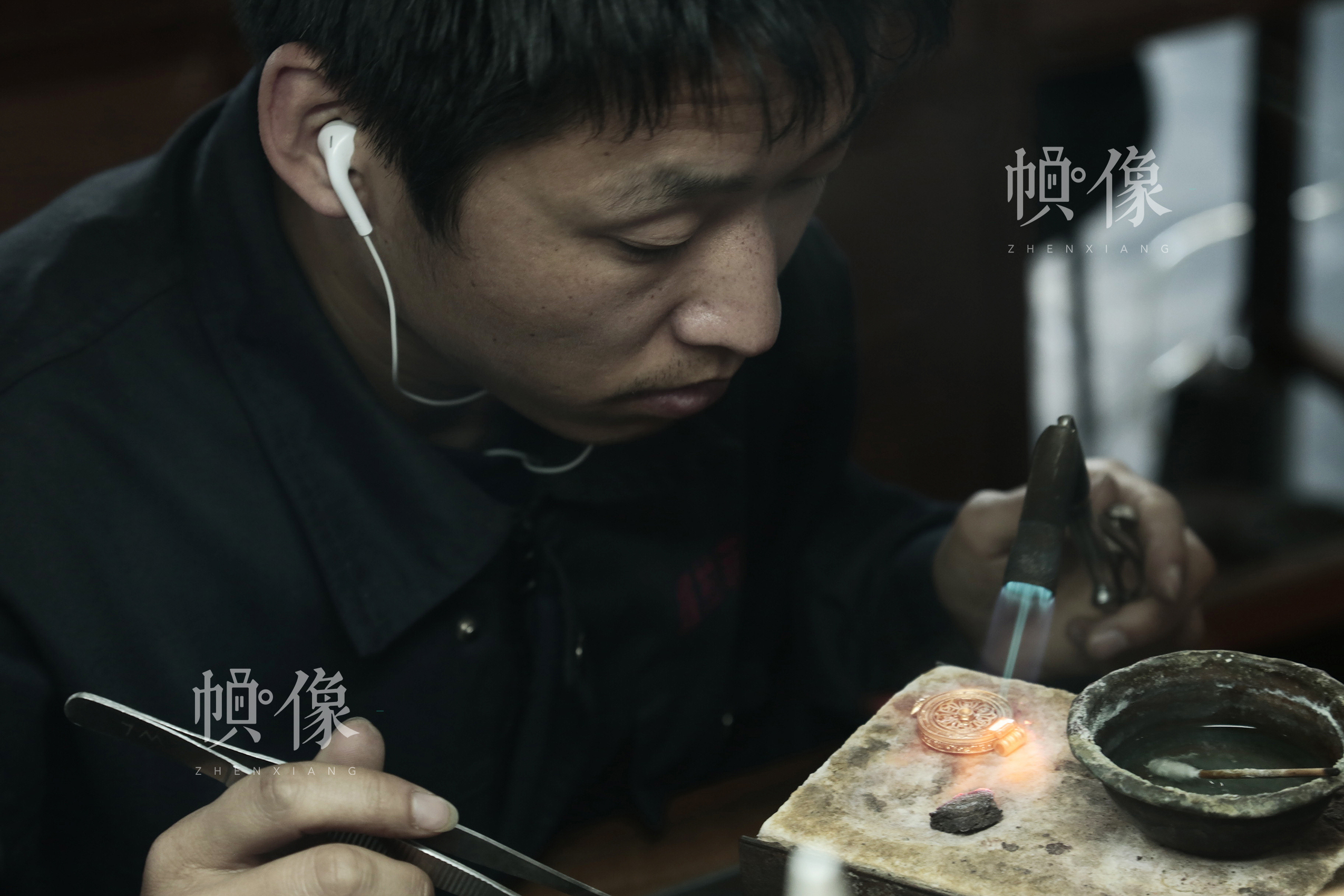 2018年3月3日,北京工美集团的一名青年工匠进行传统的工艺品制作。中国网实习记者 张颖颖 摄