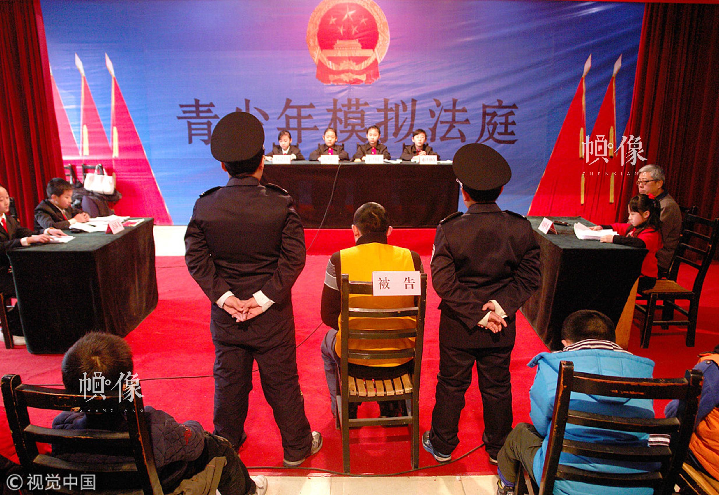 2010年1月3日,郑州市青少年宫主办的模拟法庭开庭,模拟法庭虚拟一个未成年人持刀抢劫学生的案例,进行法庭审判,法官、审判员、律师、当事人等全部由中小学生们扮演,观众也是一批小学生及家长。这项法律宣传的元旦公益活动旨在通过这种形式进行普法教育,让青少年朋友从小做一个知法守法的人。视觉中国