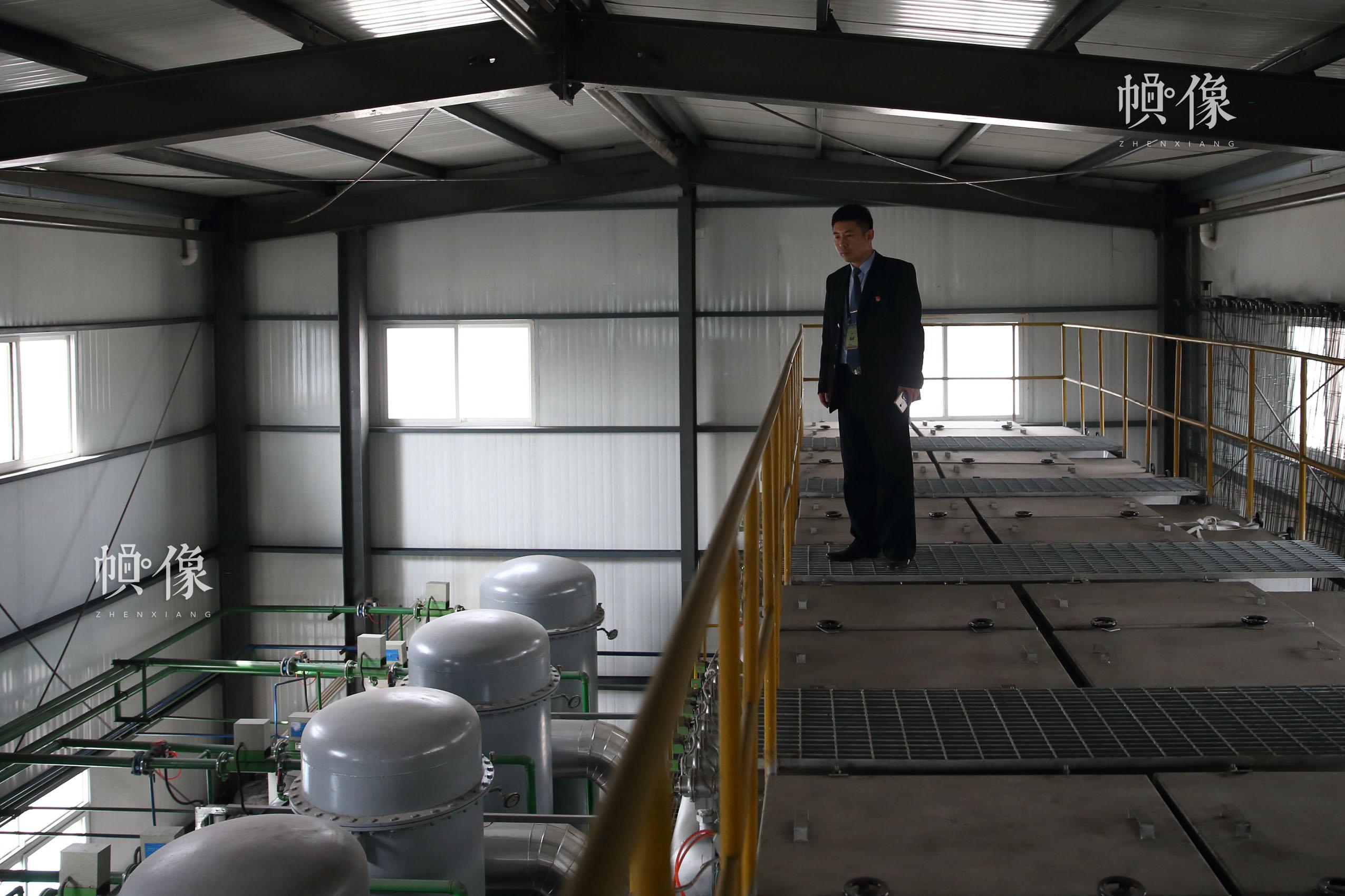 北京八寶山殯儀館火化室副主任魏童檢查火化爐系統內部運作情況。中國網記者 陳維松 攝