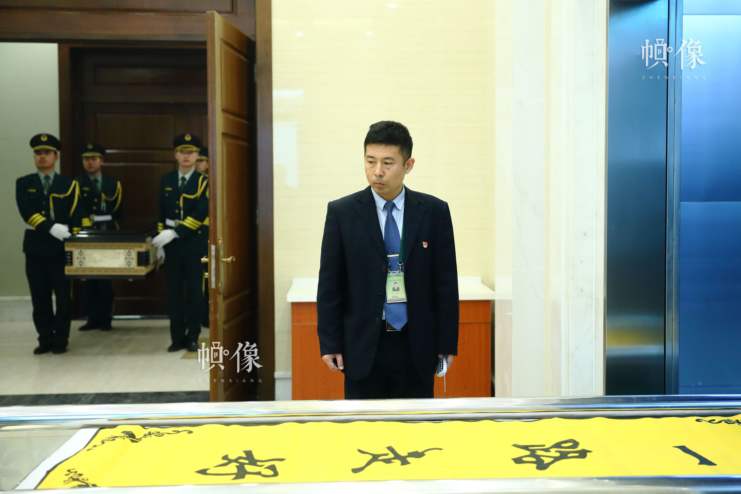 北京八宝山殡仪馆,殡仪士兵在殡仪馆火化室副主任魏童的引导下,将放有逝者遗体的棺木放置火化炉火化。中国网记者 陈维松 摄