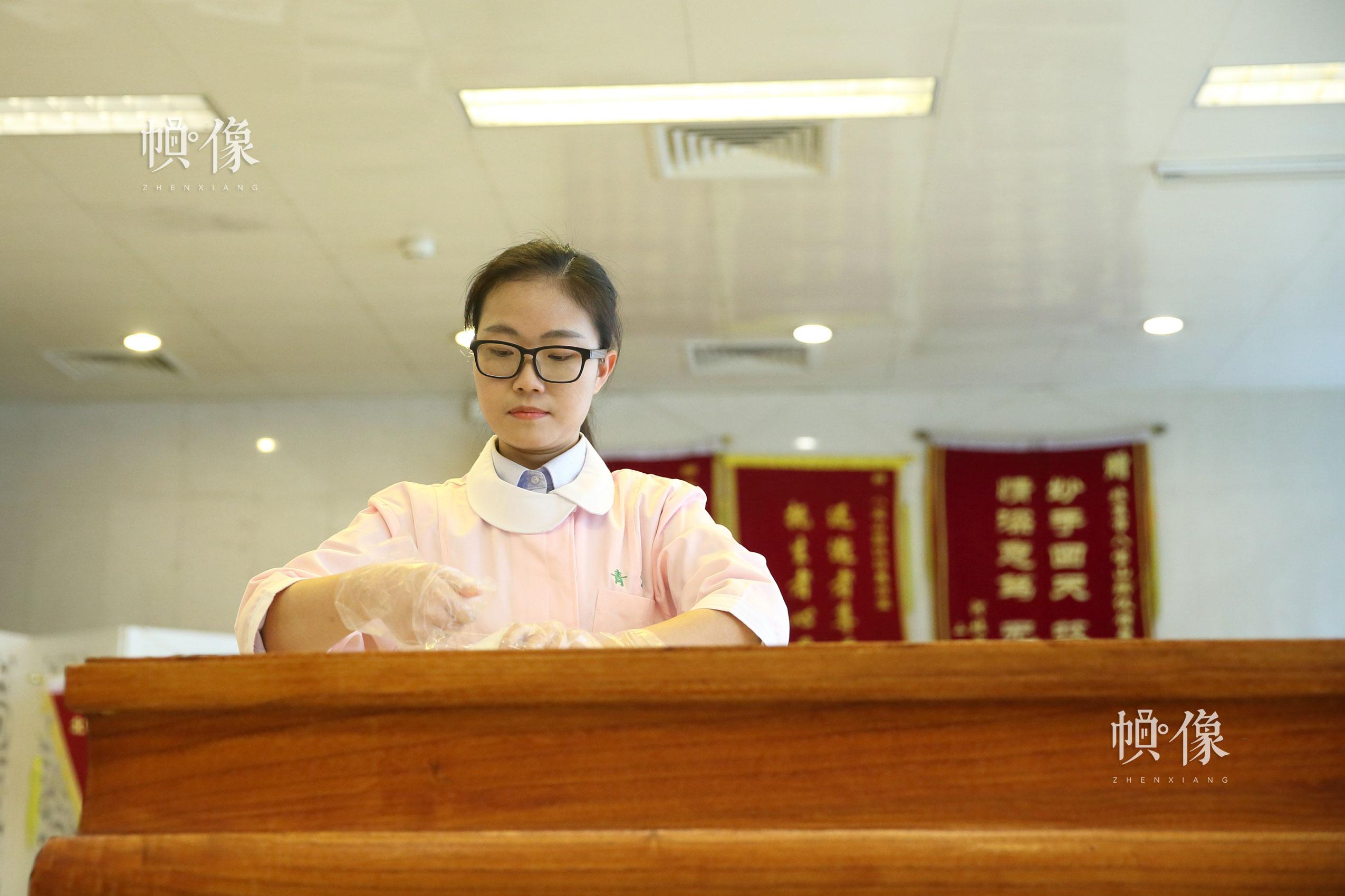 北京八寶山殯儀館遺體整容師曲傑為逝者進行遺體面部清潔、修復。中國網記者 陳維松 攝