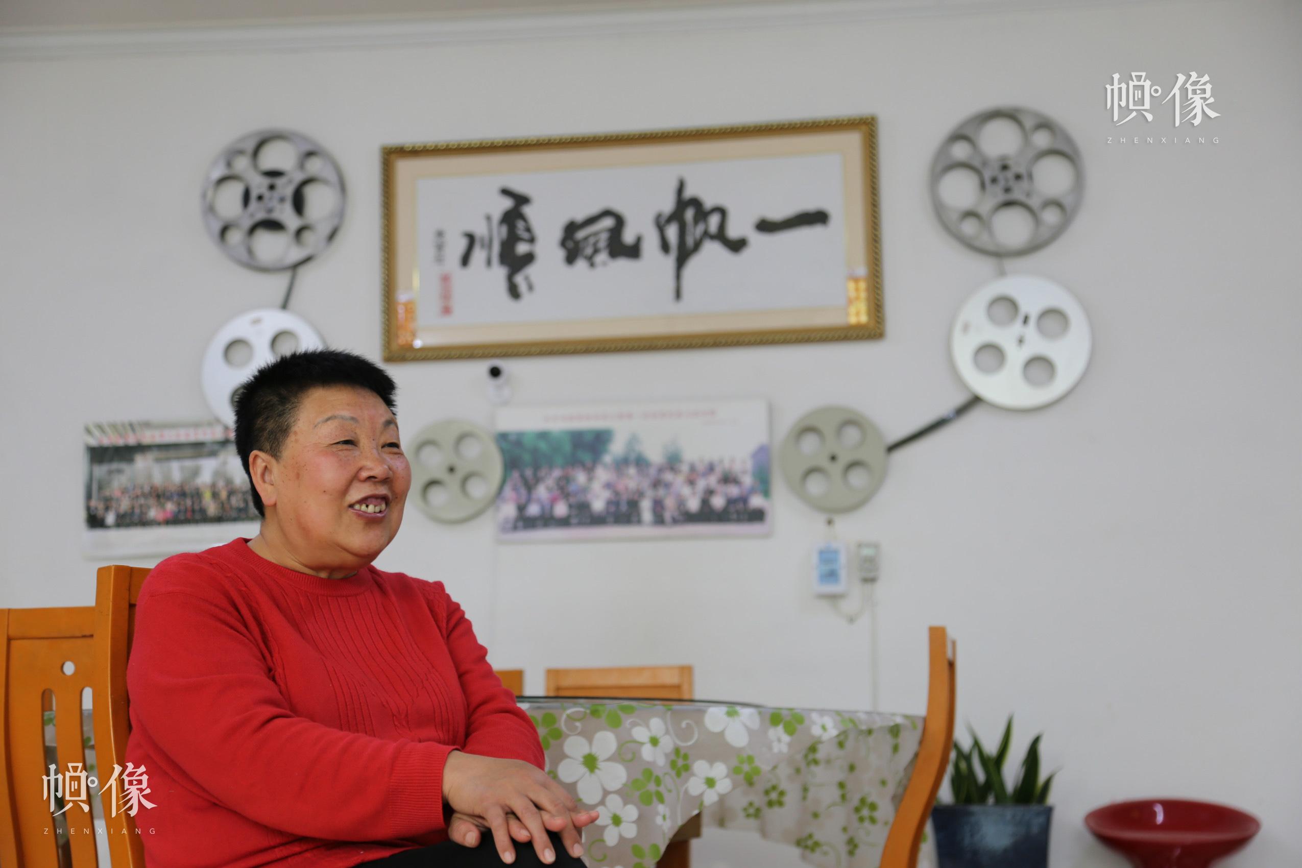 拟音师魏俊华向中国网记者介绍工作经历。 中国网实习记者 黄牧晨 摄