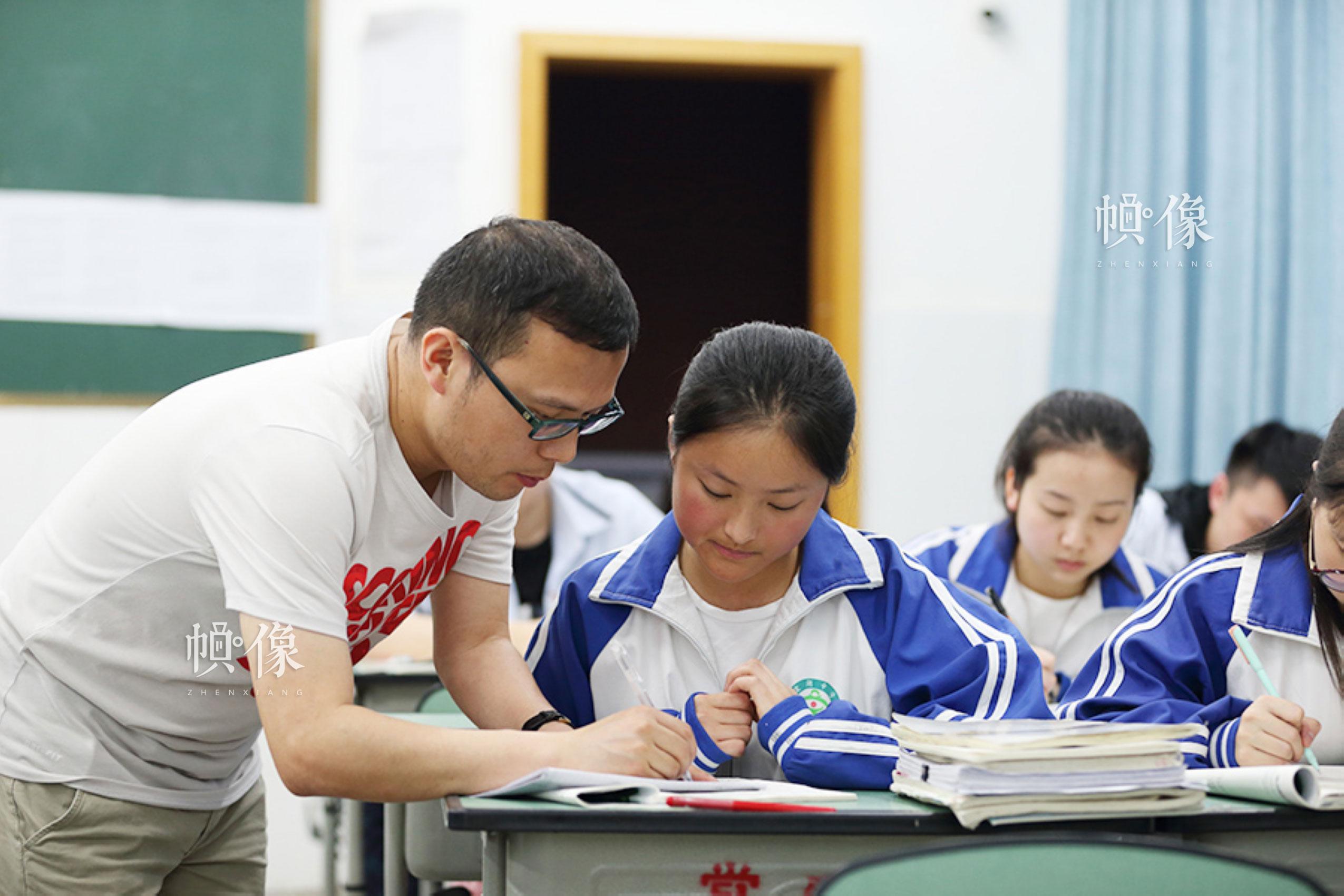 2018年4月,四川成都双流的棠湖中学,班主任廖小强在辅导来自安康家园的小恒数学。小恒今年即将迎来高考。中国网记者 陈维松 摄