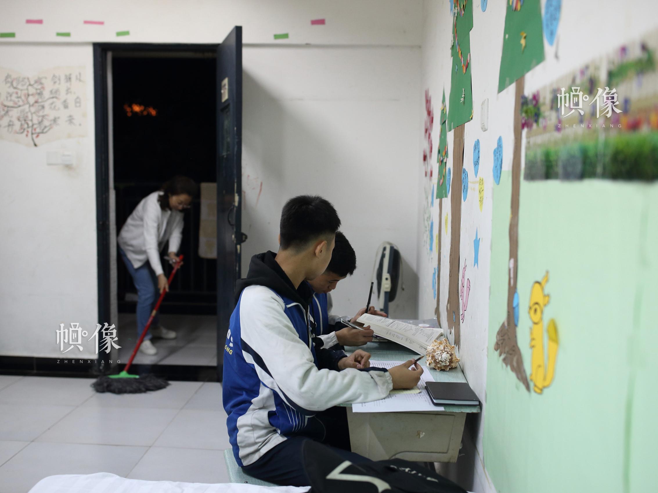 """2018年4月,成都双流安康家园,""""安康妈妈""""王晨在打扫孩子的房间。从2009年8月双流安康家园启用起,王晨就开始在这里工作,照顾安康家园的孩子们。中国网记者 陈维松 摄"""
