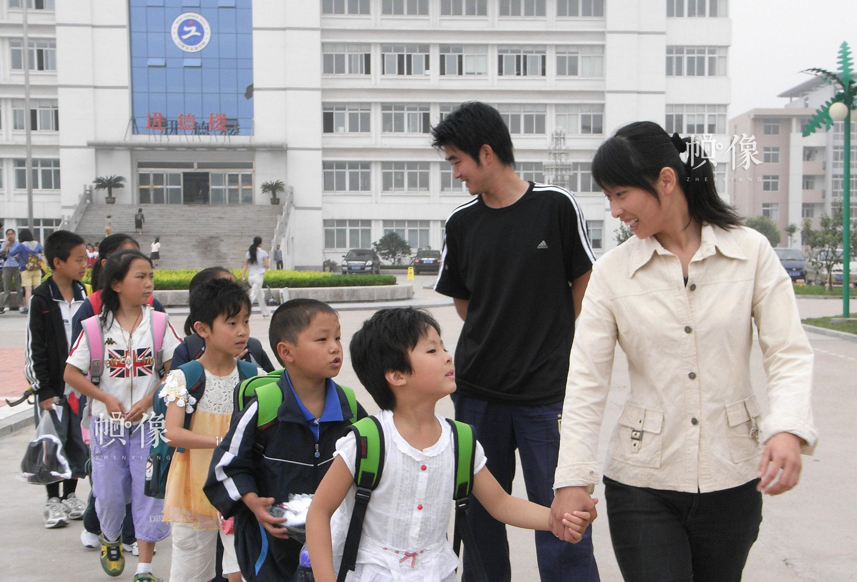 2008年6月,山东日照安康家园,孩子们在老师的带领下去上课。雷声 摄