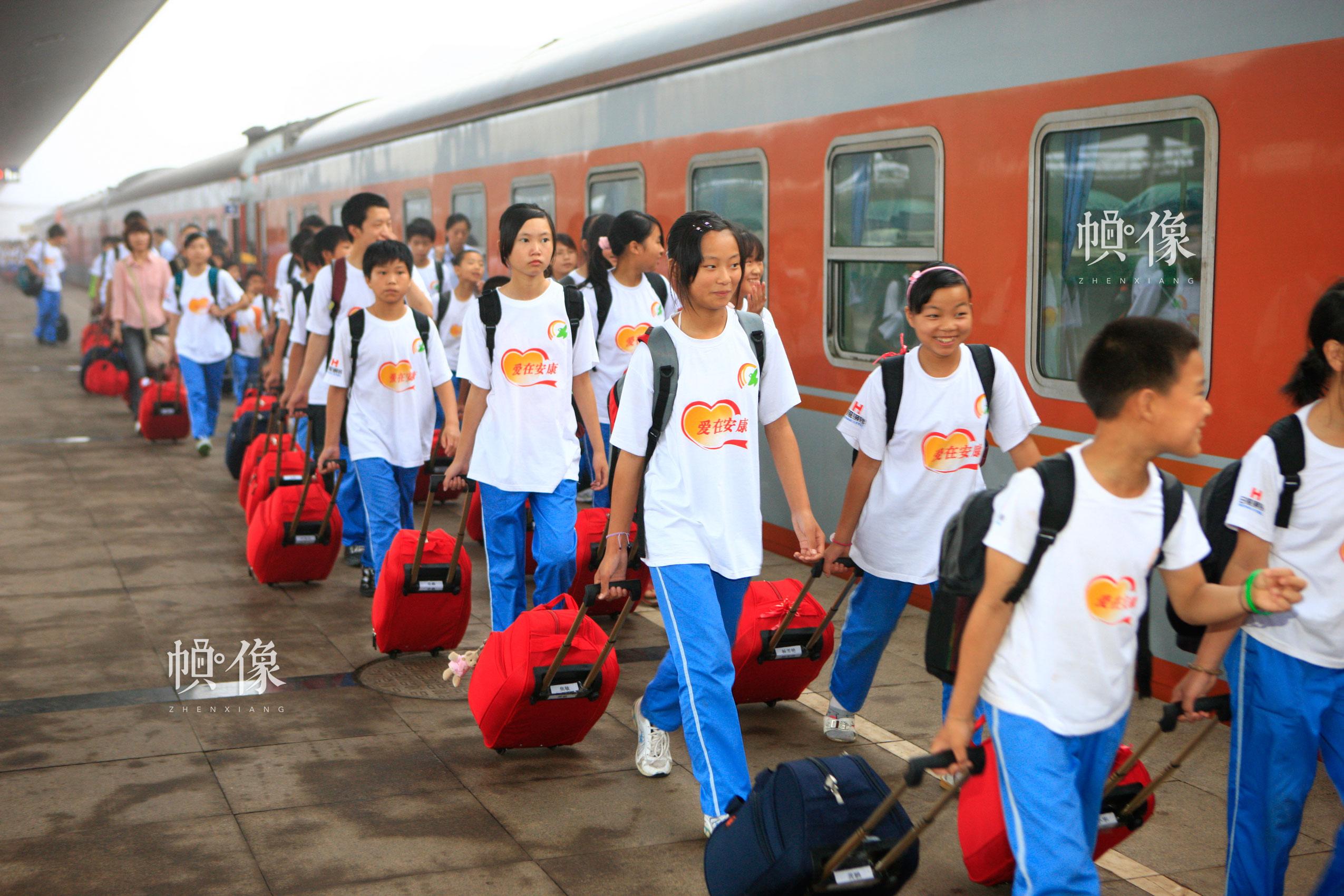 2009年6月,孩子们乘坐专列从山东日照到四川成都双流安康家园。雷声 摄
