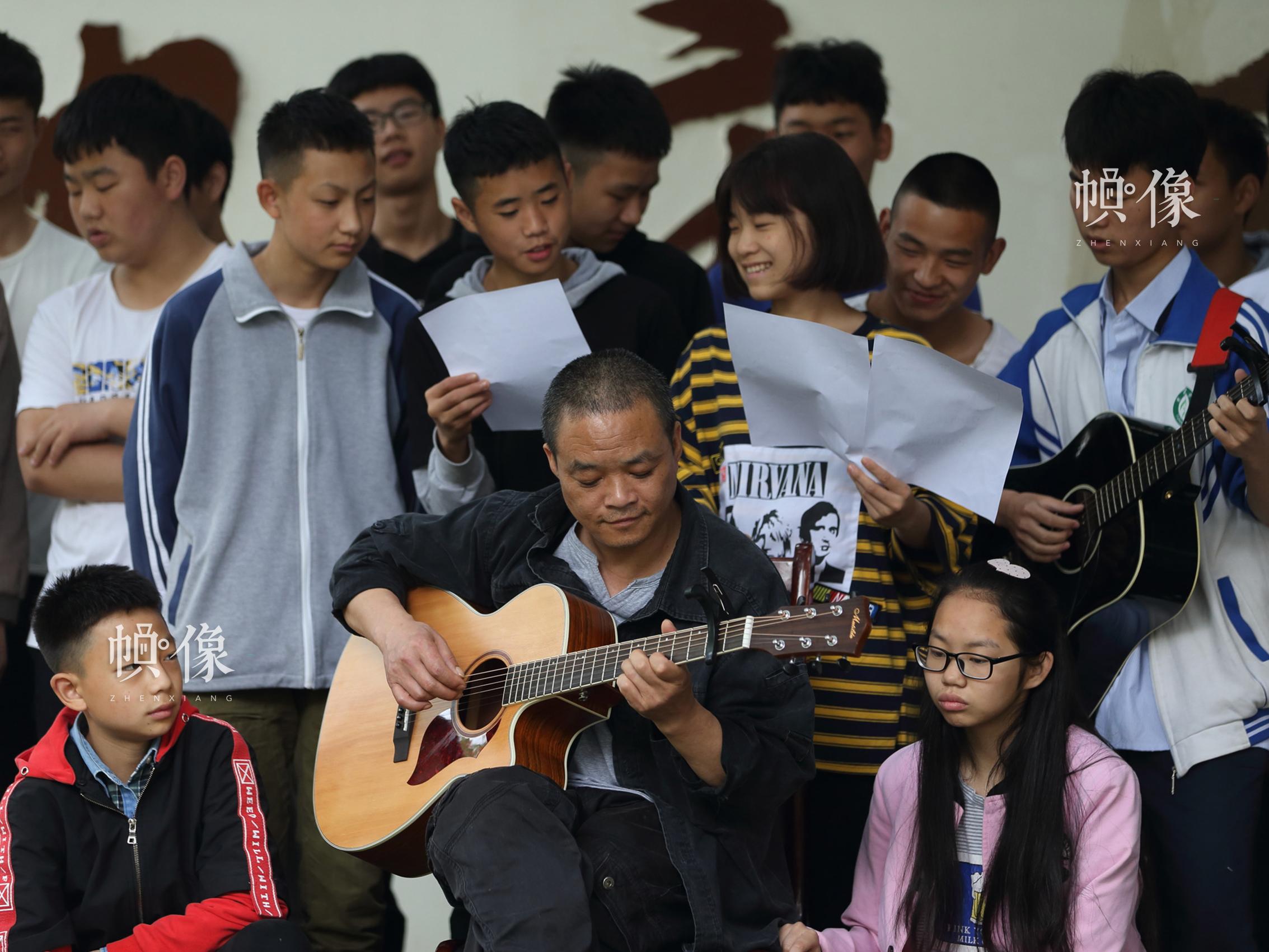 2018年4月,成都双流安康家园,孩子们和胡源忠合唱《安康》。中国网记者 陈维松 摄