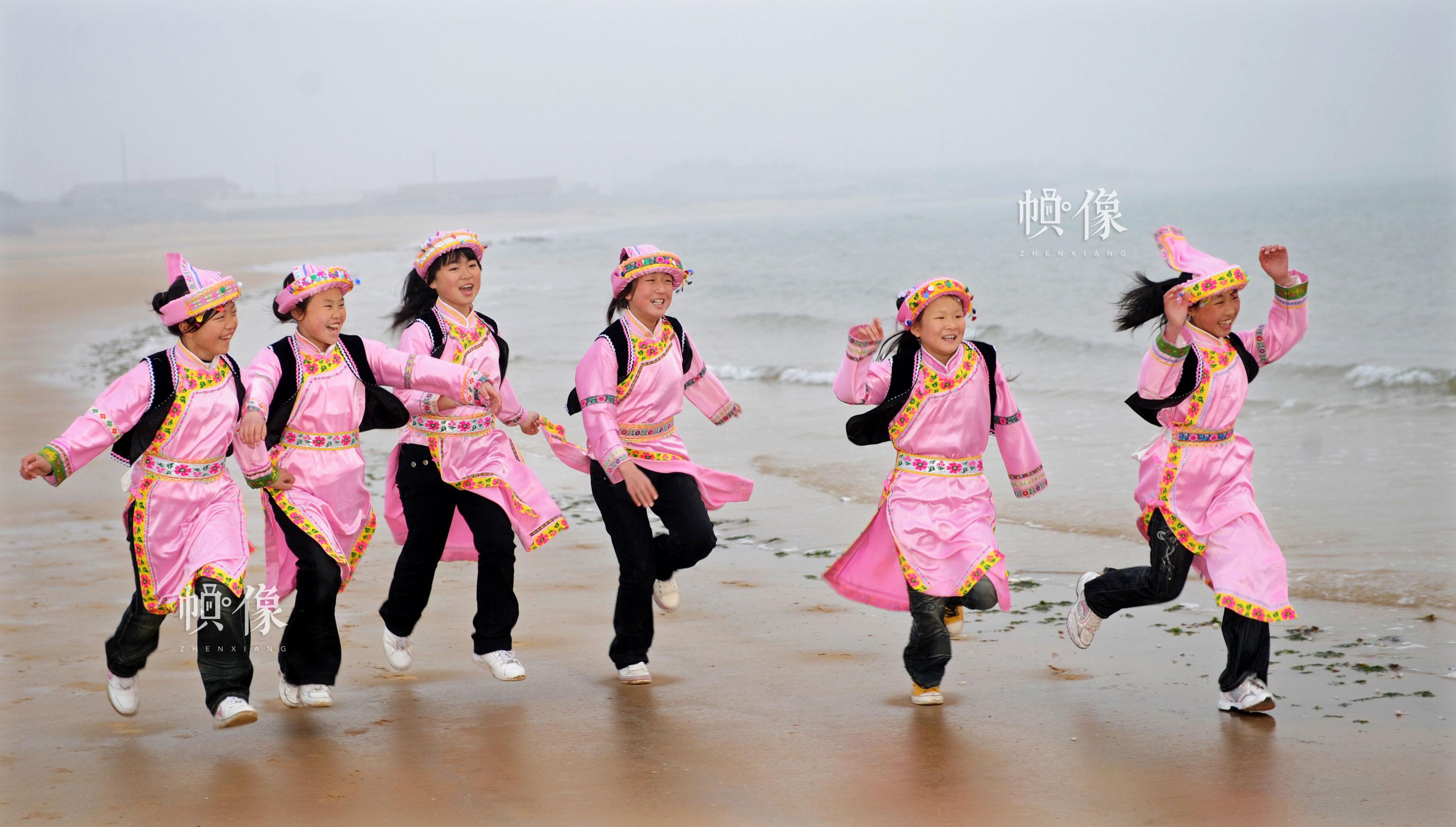2009年4月,山东日照,安康家园孩子们在海边奔跑。雷声 摄