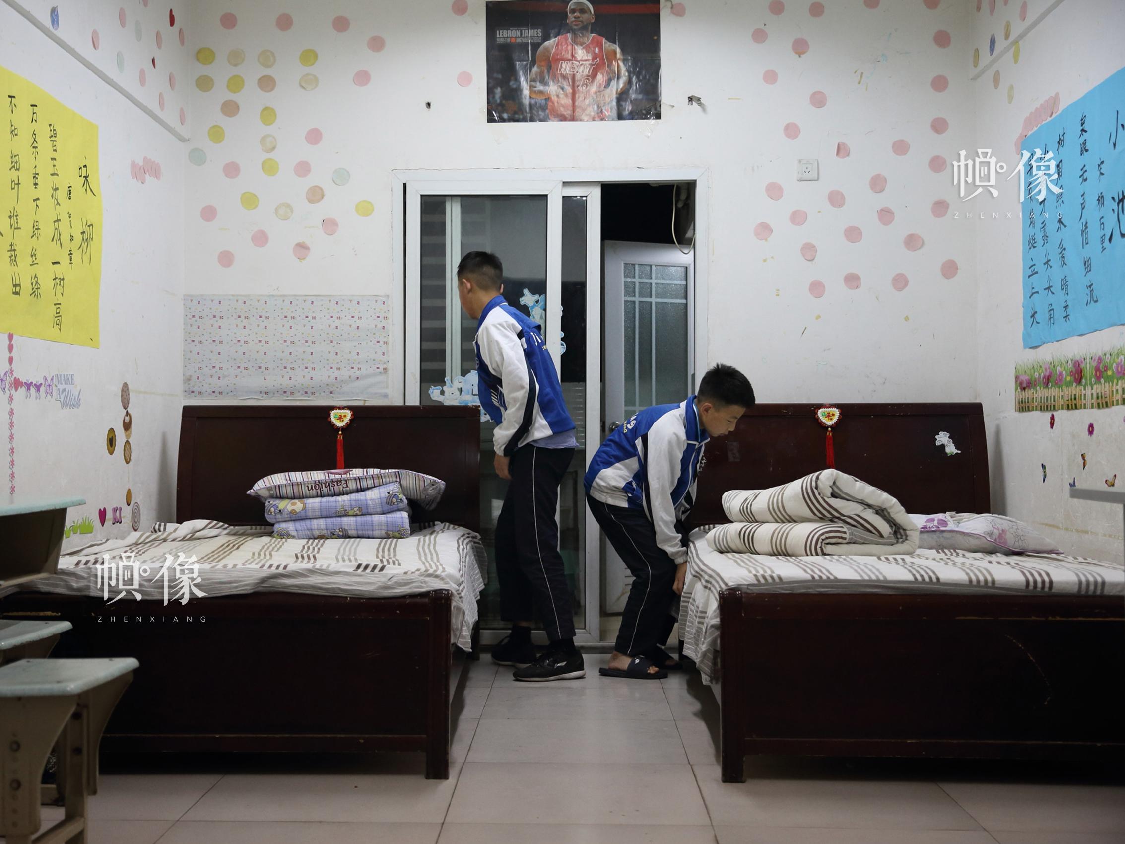 2018年4月,成都双流安康家园,孩子们早上起床后整理各自的床铺。中国网记者 陈维松 摄