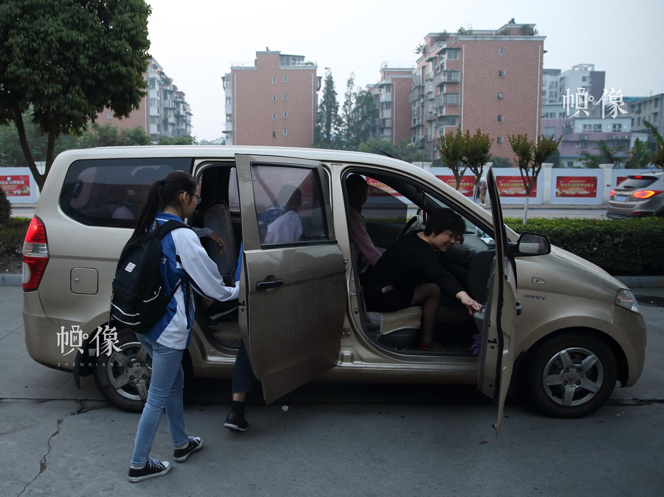 """2018年4月,成都双流安康家园,""""安康妈妈""""领着几名还在上初中的孩子坐车去上学。中国网记者 陈维松 摄"""