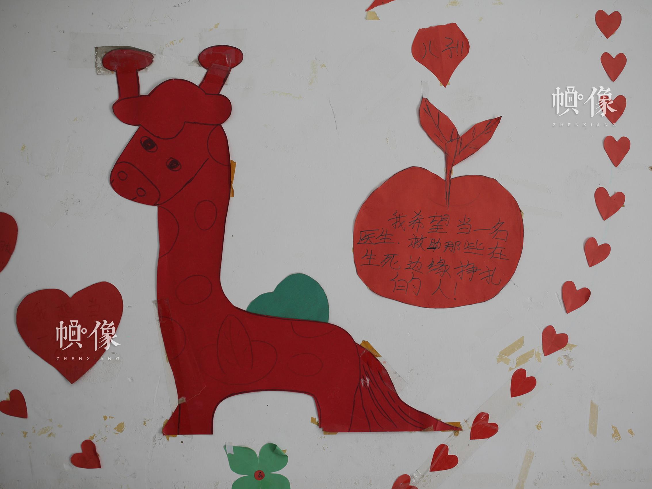 2018年4月,成都双流安康家园,孩子房间墙上贴着关于理想的小贴纸。中国网记者 陈维松 摄