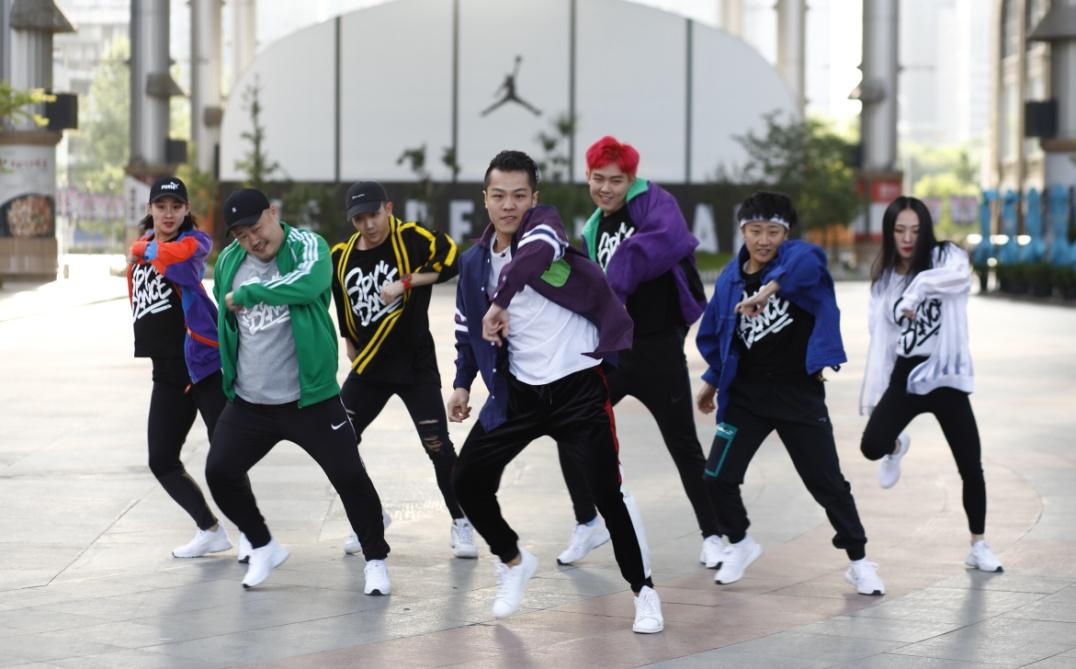 团队视频_广场舞battle街舞 燃爆世贸天阶!_ 视频中国