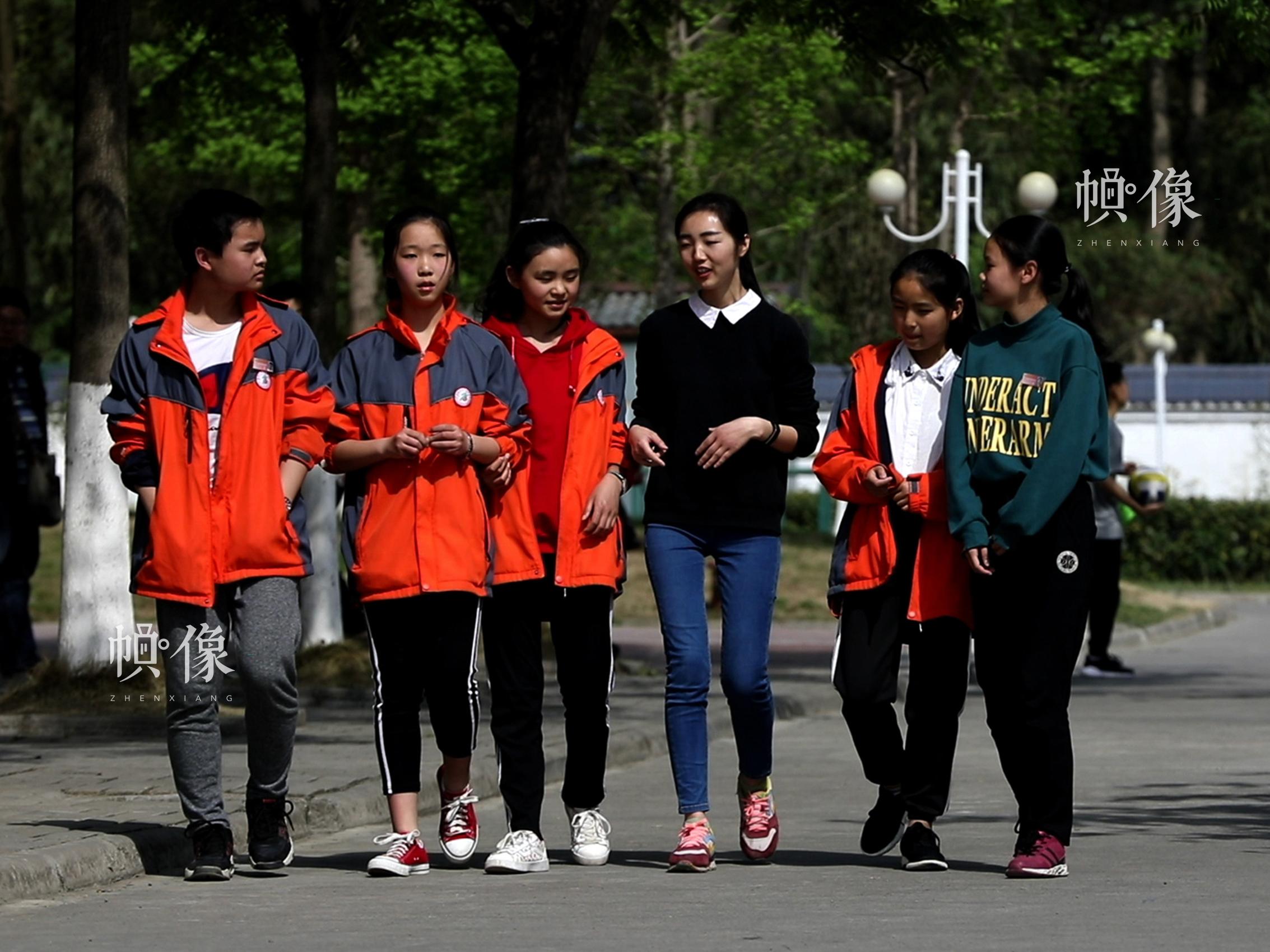 512地震孤兒小玉(化名)在和學生們聊天。祈 攝
