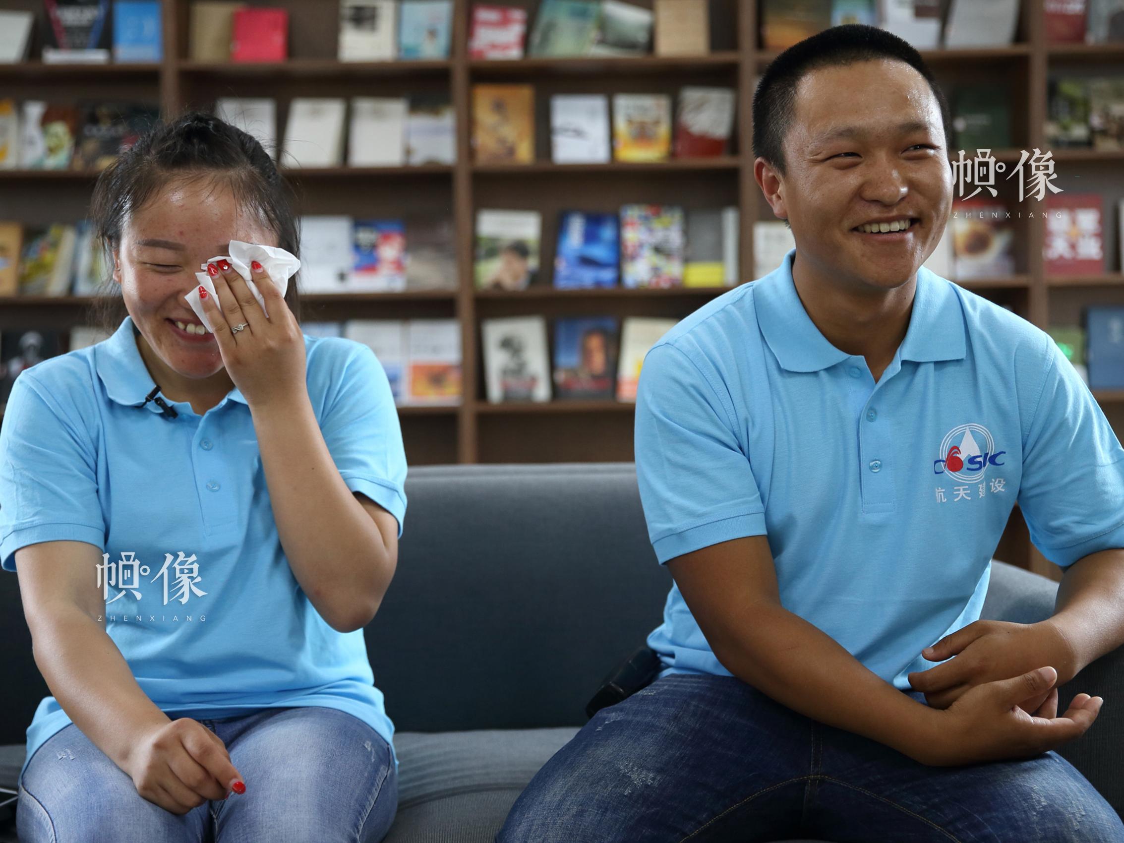 圖為周艷和她的丈夫淩徵金在接受採訪,講述現在生活的幸福片段。中國網記者 陳維松 攝