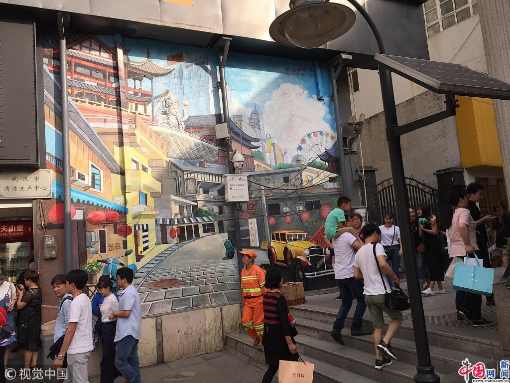 武汉江汉路地铁站c出口,一幅40平米的巨幅风景建筑插画,层次分明,颜色