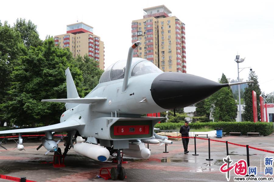 2018年5月17日,北京中国国际展览中心(老馆),1:1比例的歼十战斗机模型亮相室外展区。当日,为期4天的第21届中国北京国际科技产业博览会开幕。中国网记者 苏向东 摄